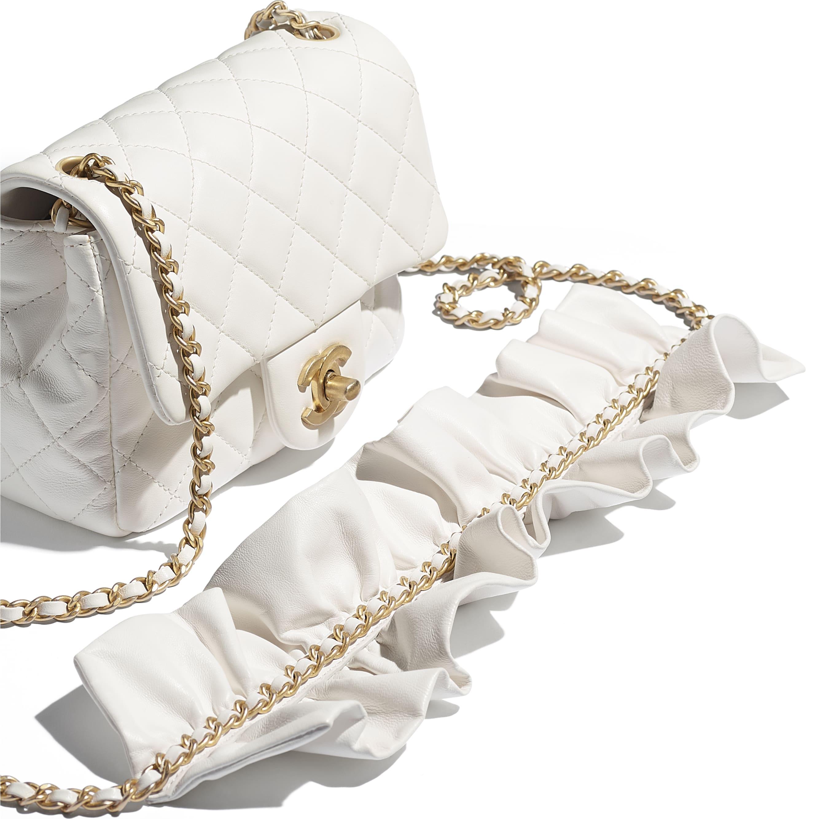 細號垂蓋手袋 - 白色 - 小羊皮及金色金屬 - CHANEL - 額外視圖 - 查看標準尺寸版本