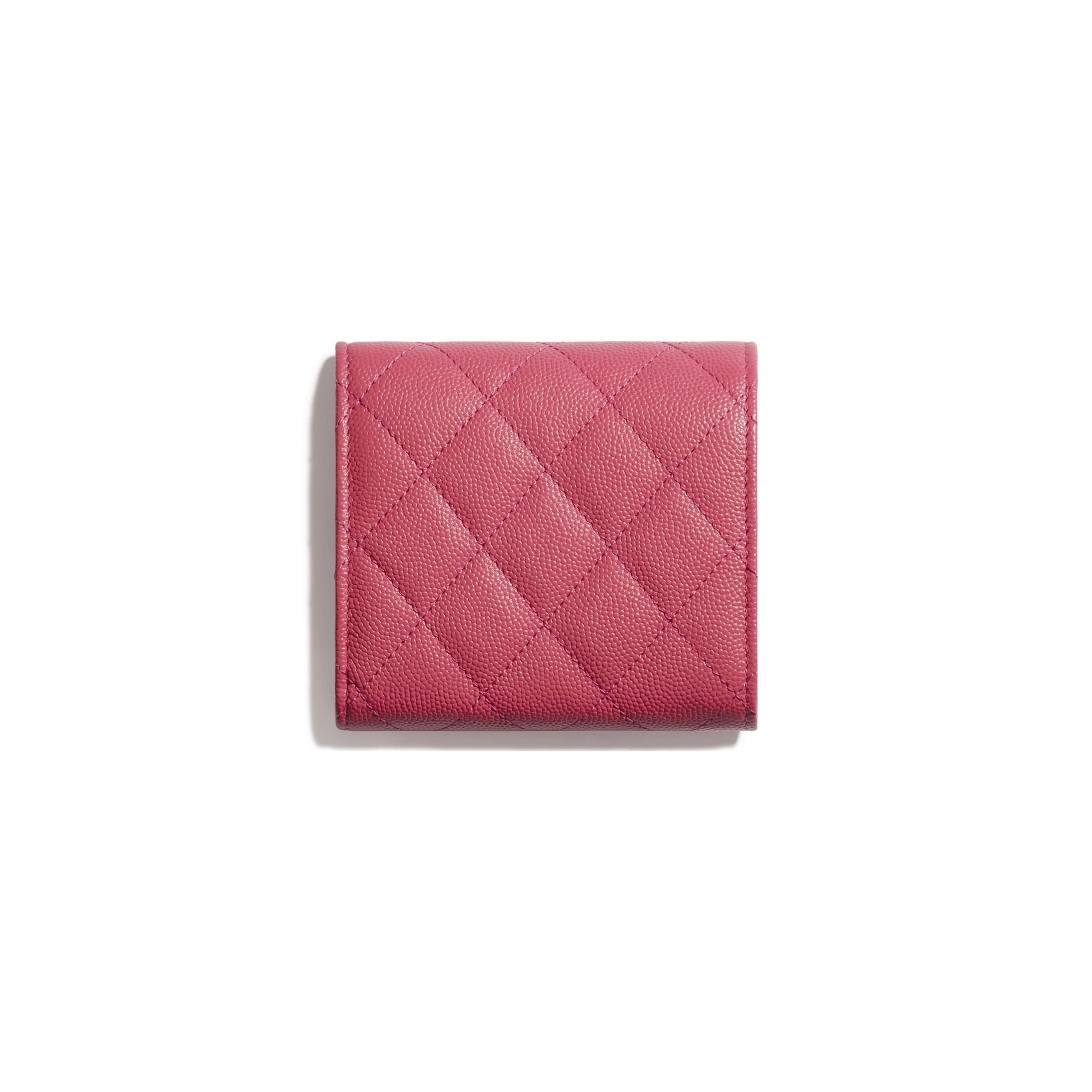Mały porfel z klapką - Kolor różowy - Skóra cielęca o ziarnistej fakturze i metal w tonacji złotej - CHANEL - Widok alternatywny – zobacz w standardowym rozmiarze
