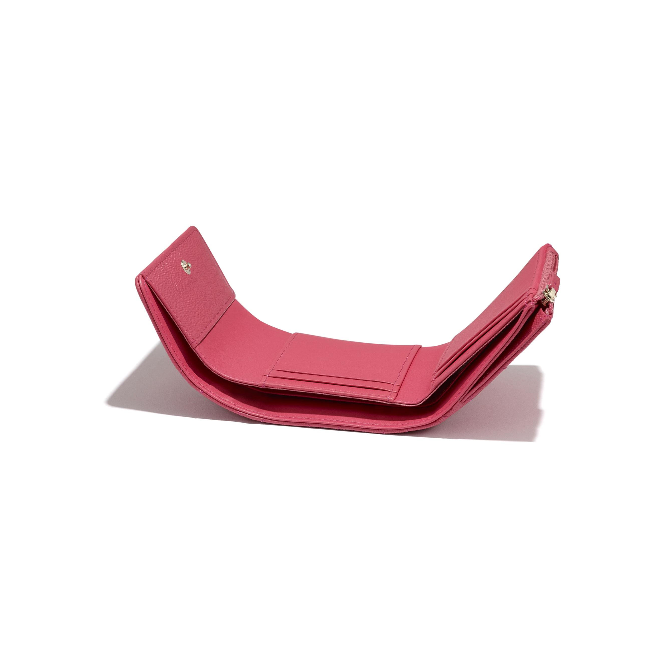 Mały porfel z klapką - Kolor różowy - Skóra cielęca o ziarnistej fakturze i metal w tonacji złotej - CHANEL - Dodatkowy widok – zobacz w standardowym rozmiarze