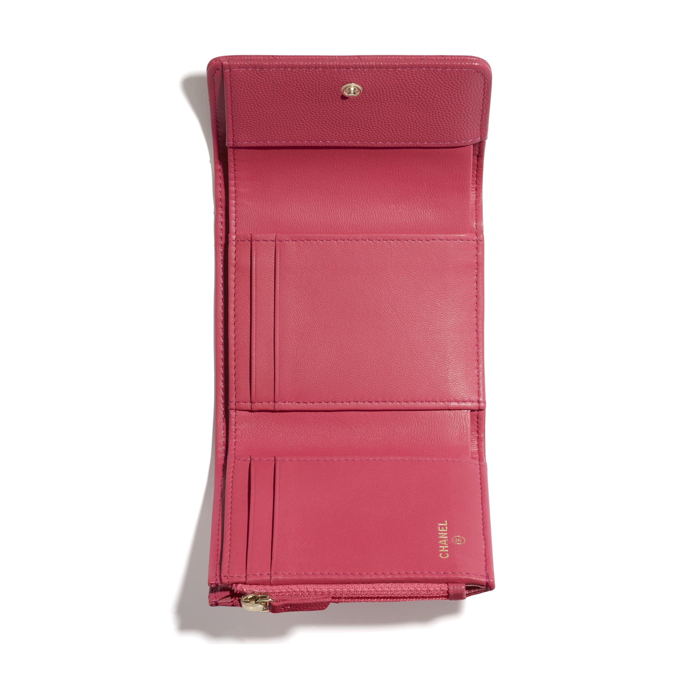 Mały porfel z klapką - Kolor różowy - Skóra cielęca o ziarnistej fakturze i metal w tonacji złotej - CHANEL - Inny widok – zobacz w standardowym rozmiarze