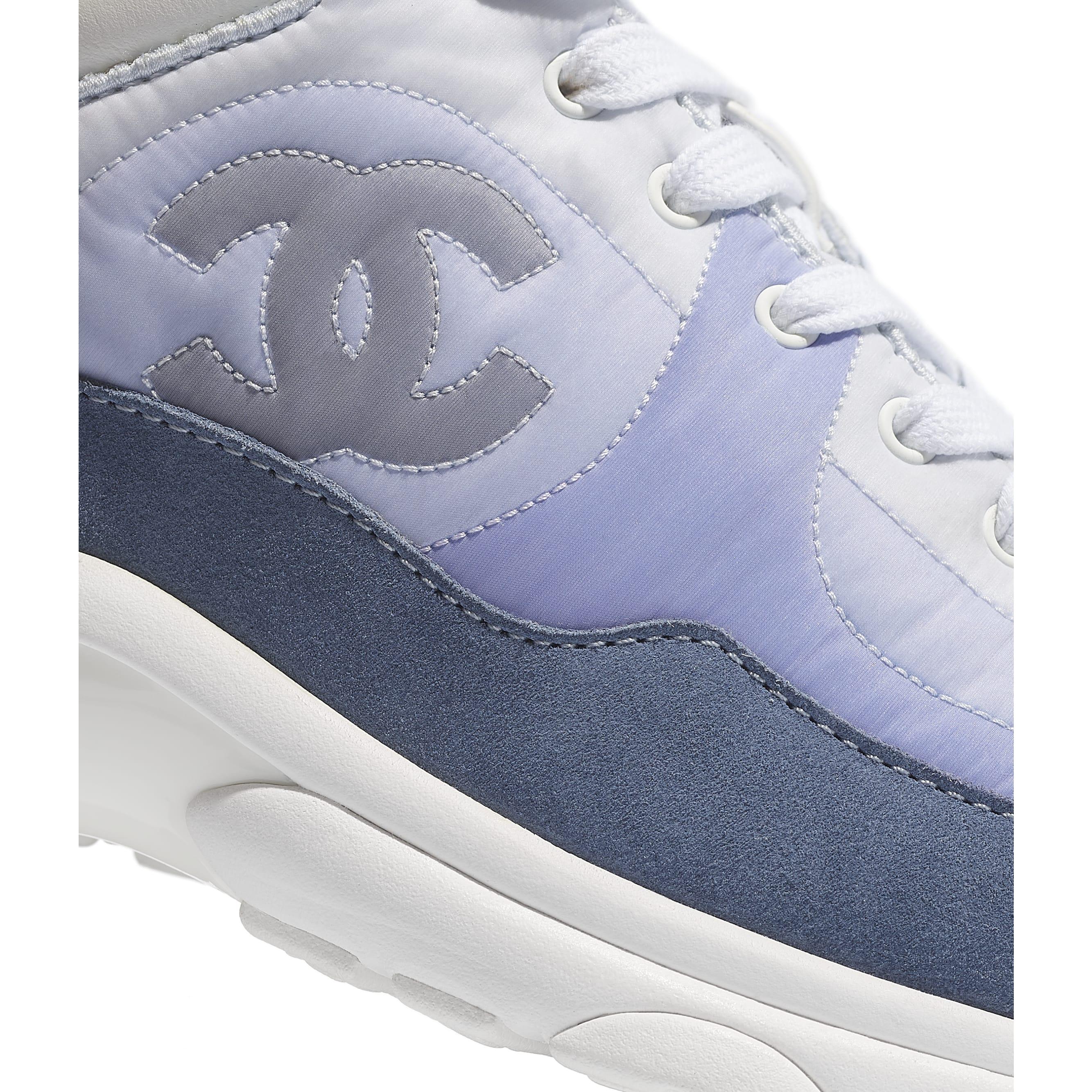 รองเท้ากีฬา - สีฟ้าอ่อน - หนังลูกวัวชนิดหนังกลับและไนลอน - CHANEL - มุมมองพิเศษ - ดูเวอร์ชันขนาดมาตรฐาน