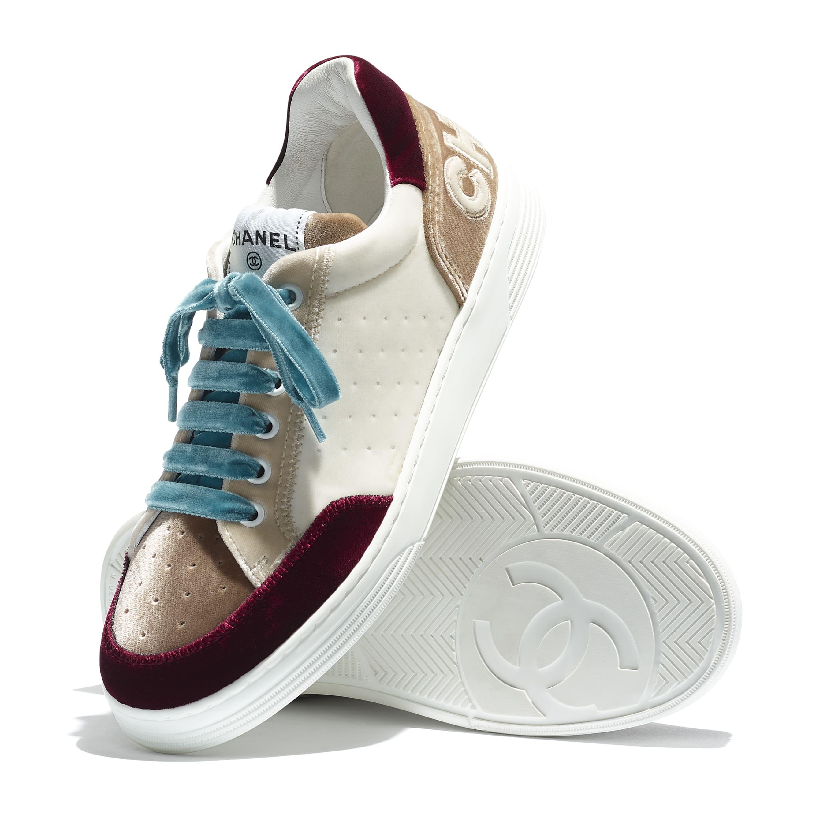 รองเท้ากีฬา - สีขาว สีเบจ และสีแดงเบอร์กันดี้ - ผ้ากำมะหยี่ - CHANEL - มุมมองพิเศษ - ดูเวอร์ชันขนาดมาตรฐาน