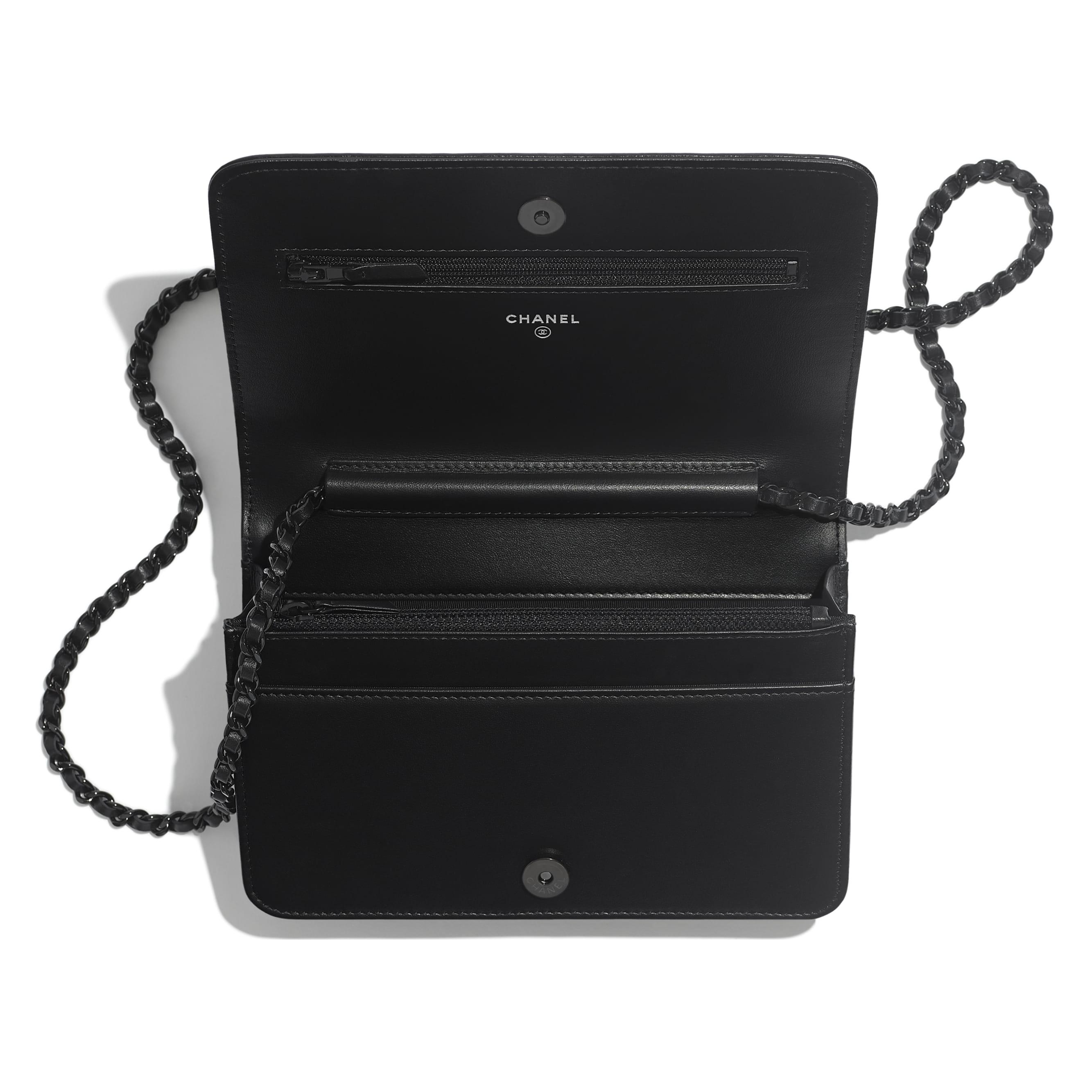 Клатч на цепочке - Черный - Состаренная кожа теленка, гладкая кожа теленка и черный металл - CHANEL - Другое изображение - посмотреть изображение стандартного размера