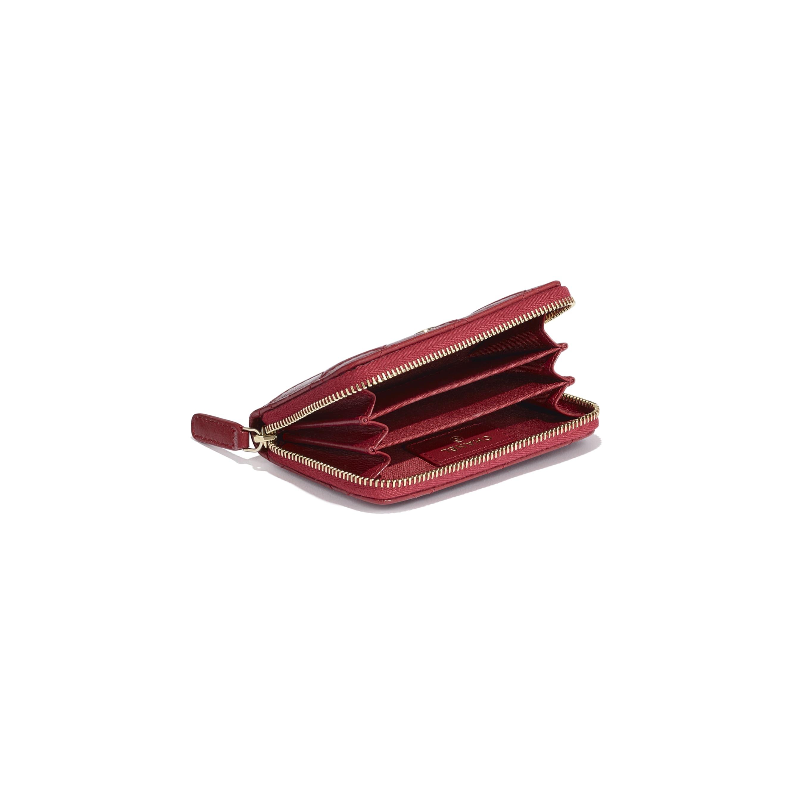 Monedero con cremallera - Rojo - Piel de cabra efecto arrugado con brillos y metal dorado - CHANEL - Vista adicional - ver la versión tamaño estándar
