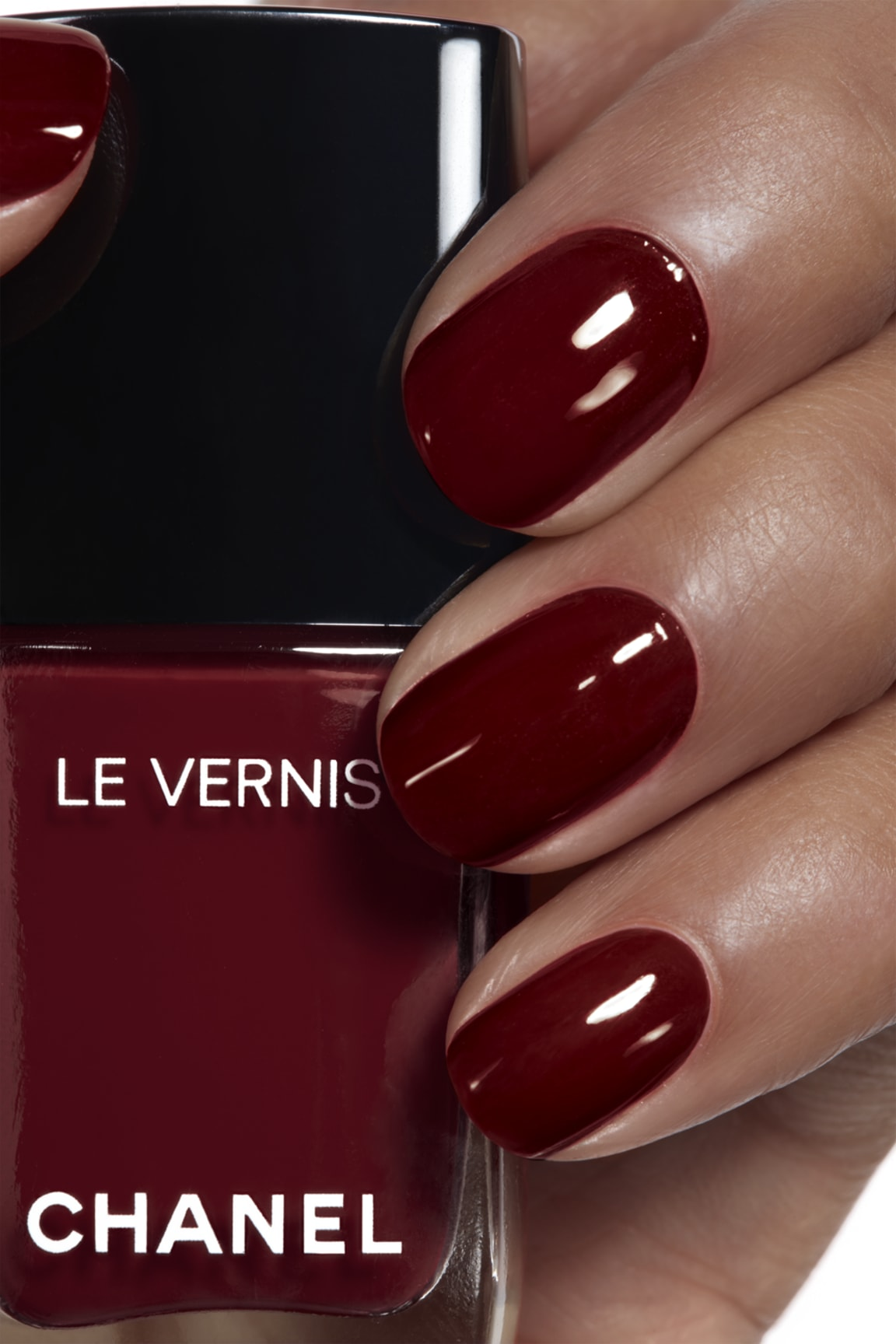 Anwendung Make-up-Bild 1 - LE VERNIS 765 - INTERDIT