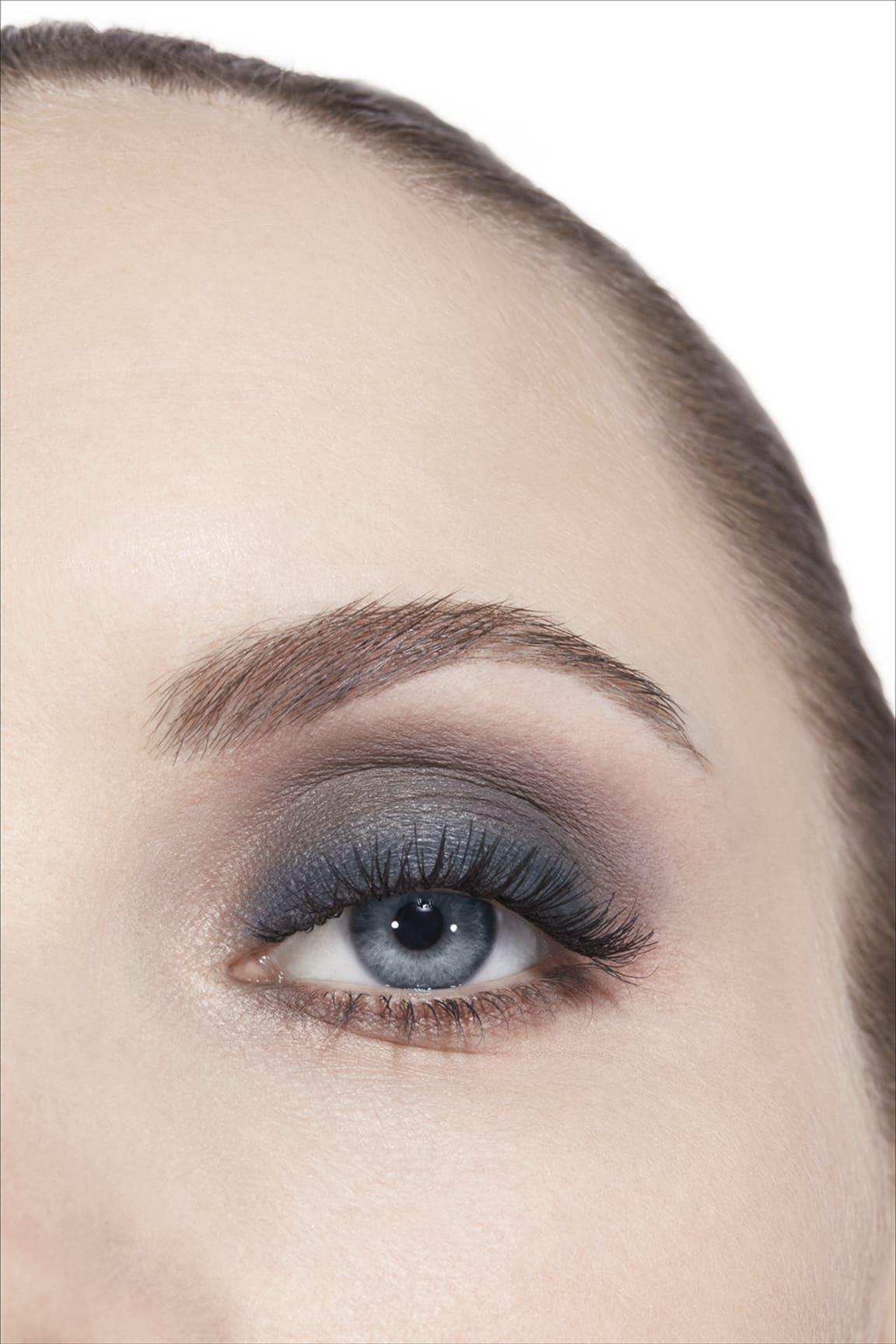 Imagen aplicación de maquillaje 3 - LES 4 OMBRES 324 - BLURRY BLUE
