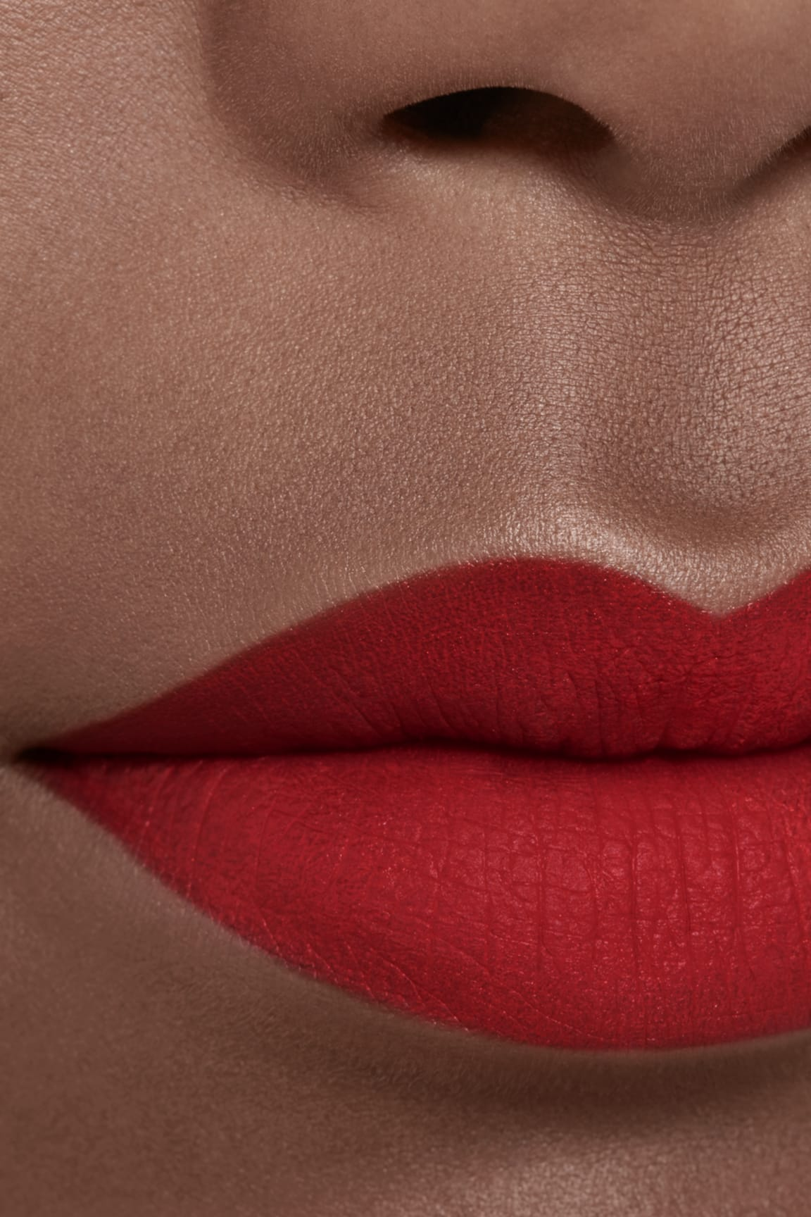 Application makeup visual 2 - ROUGE ALLURE INK FUSION 818 - TRUE RED