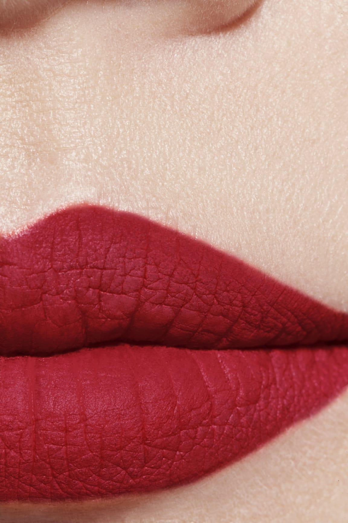 Visuel d'application maquillage 1 - ROUGE ALLURE VELVET EXTRÊME 136 - PIVOINE NOIRE