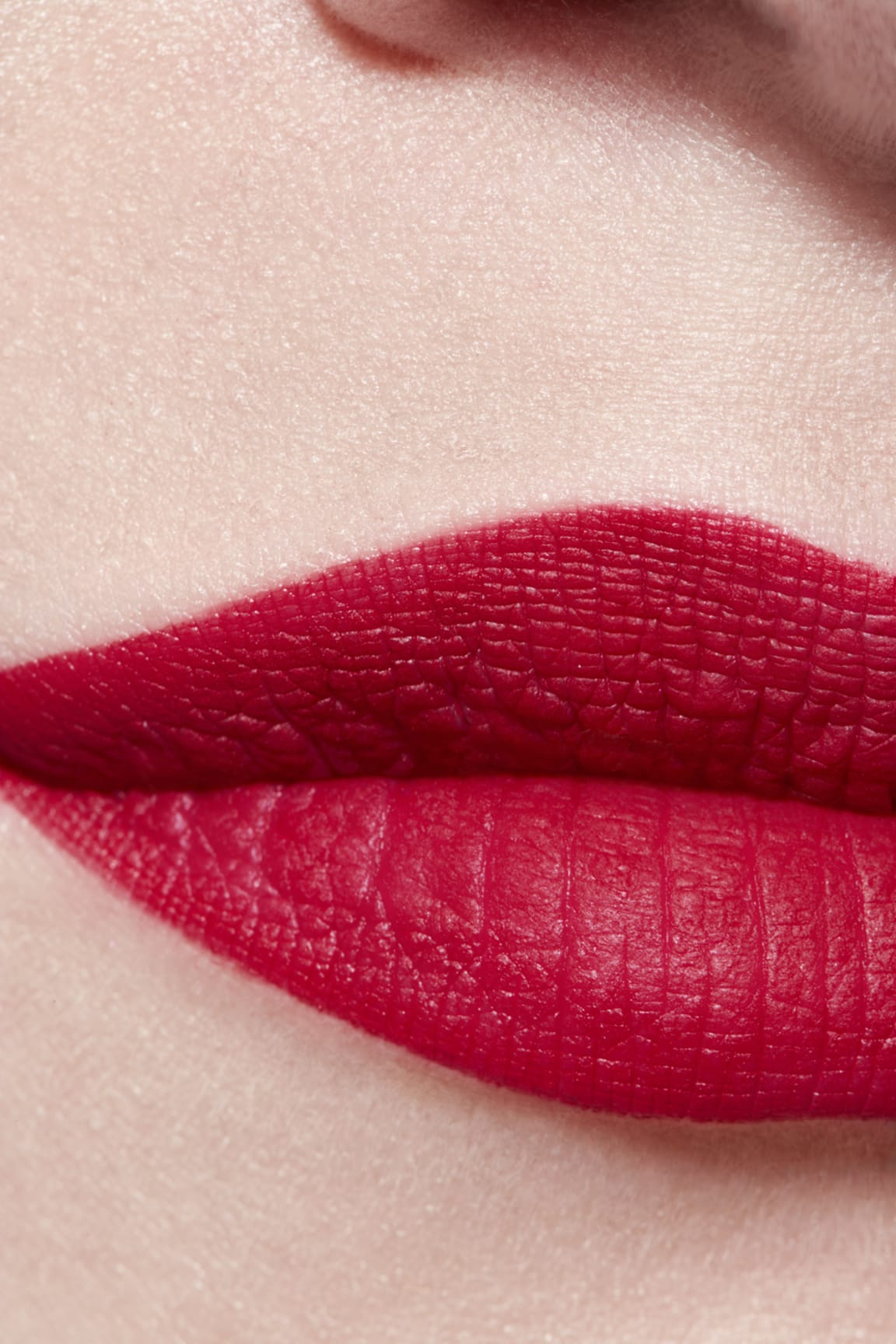Toepassing make-up visual 3 - ROUGE ALLURE VELVET LE LION DE CHANEL 257 - ROUGE TRIOMPHAL