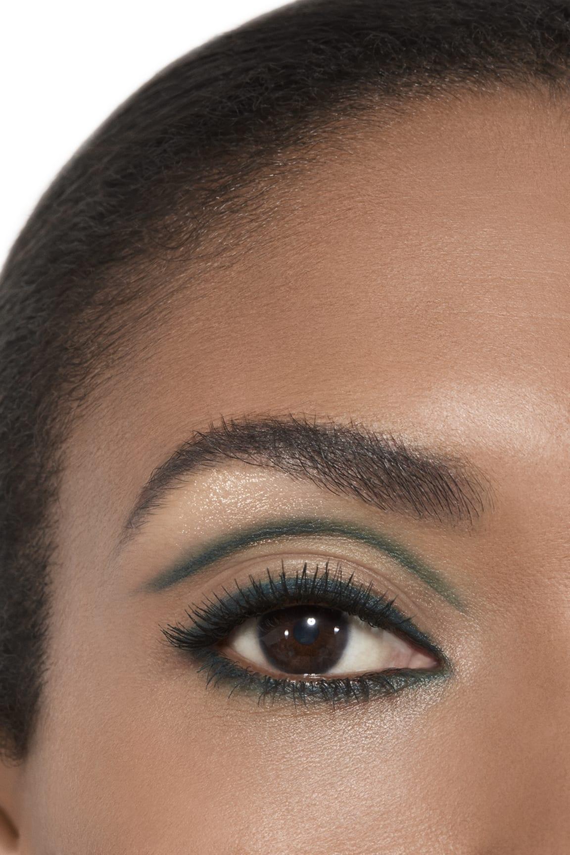 Imagen aplicación de maquillaje 2 - STYLO OMBRE ET CONTOUR 02 - BLEU NUIT