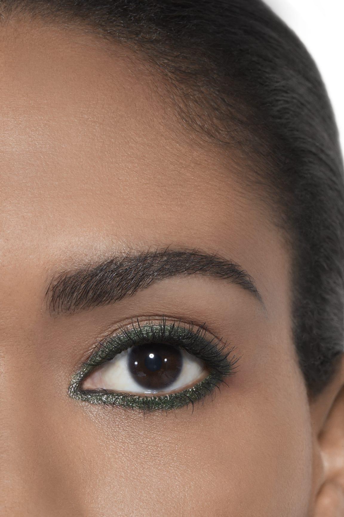 Anwendung Make-up-Bild 2 - STYLO YEUX WATERPROOF 56 - KHAKI MÉTAL