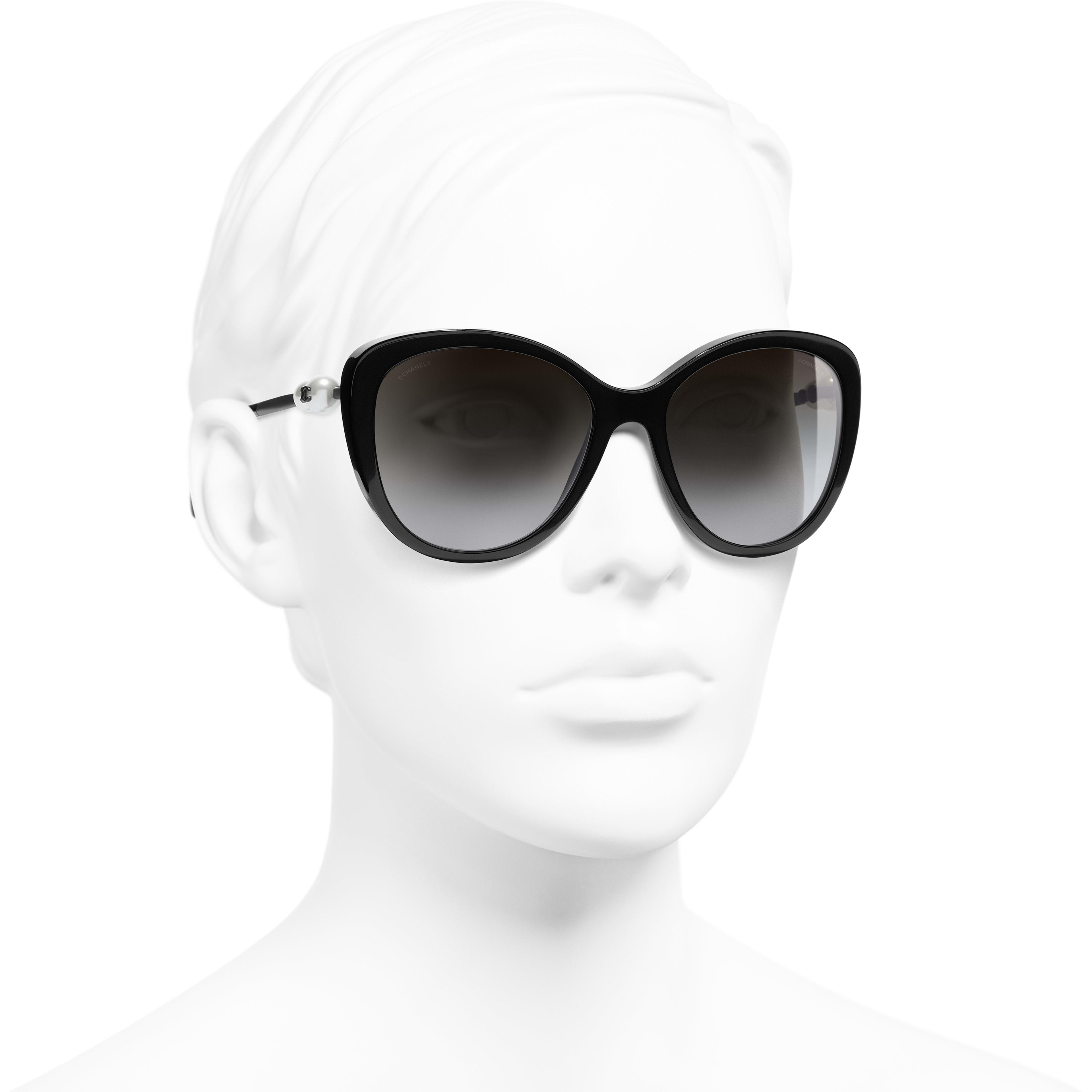 Óculos De Sol Em Formato Borboleta - Black - Acetate & Imitation Pearls - CHANEL - Vista 3/4 - ver a versão em tamanho standard