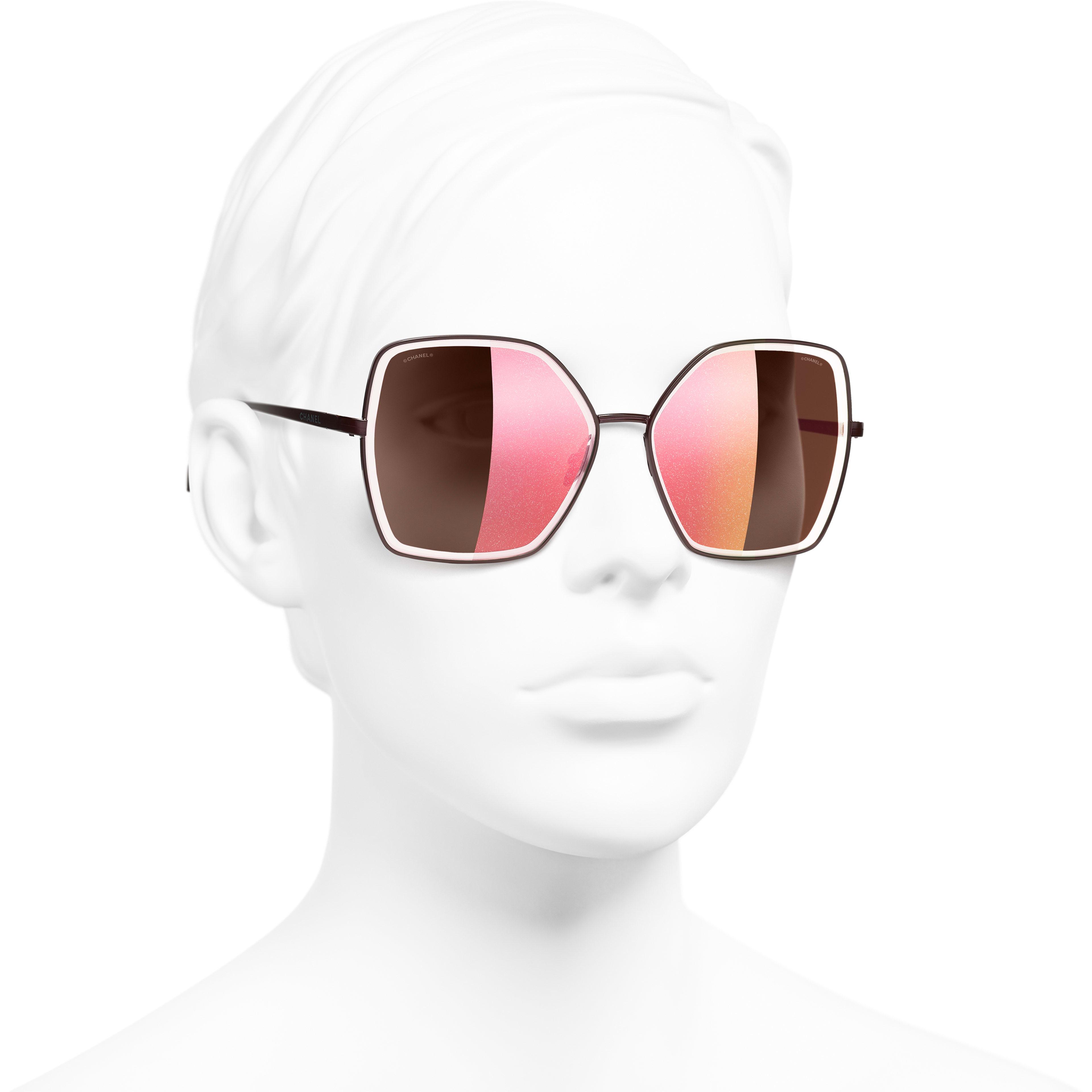 Gafas de sol montura mariposa - Rojo oscuro - Metal - CHANEL - Vista 3/4 puesto - ver la versión tamaño estándar