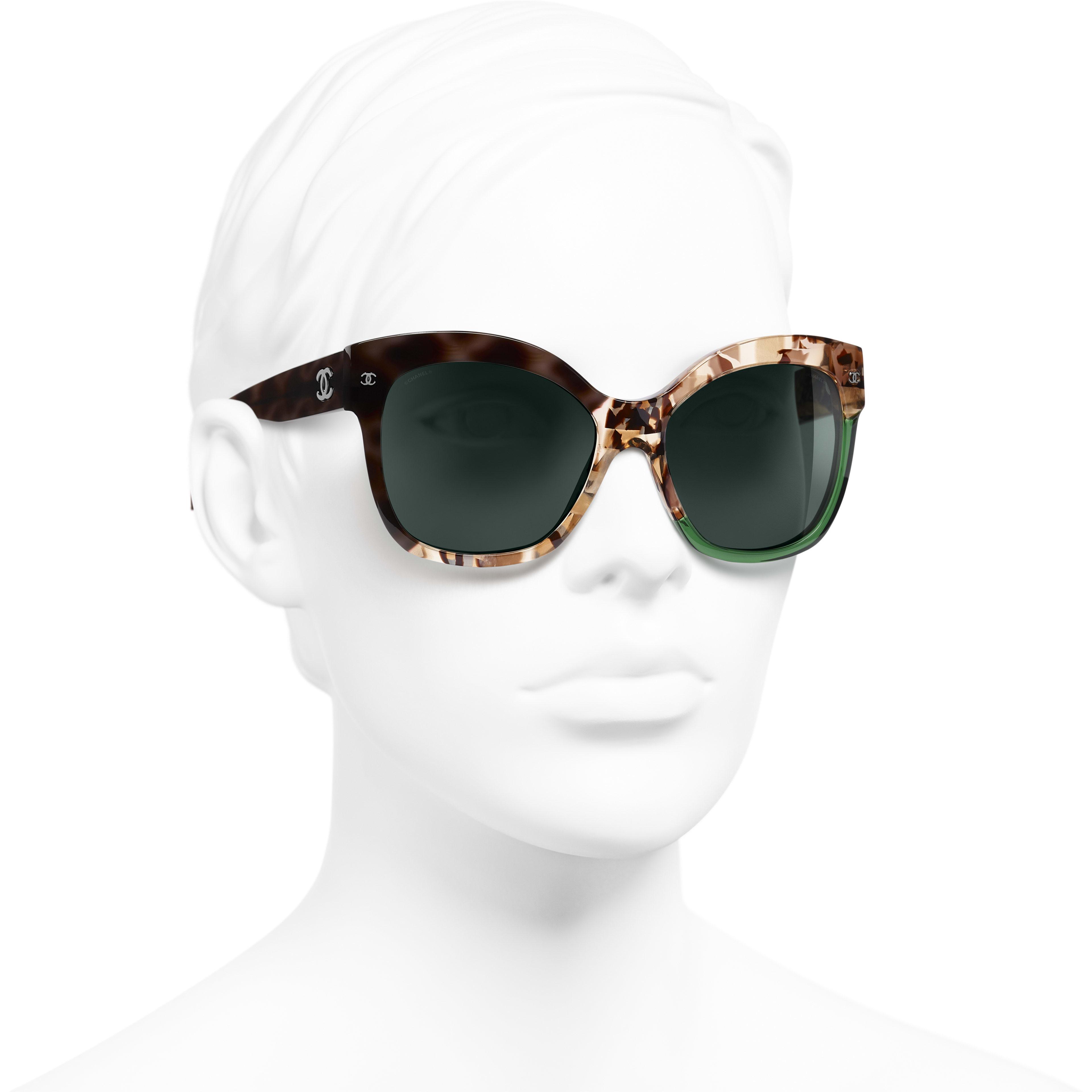 Óculos De Sol Em Formato Borboleta - Dark Tortoise & Green - Acetate - CHANEL - Vista 3/4 - ver a versão em tamanho standard