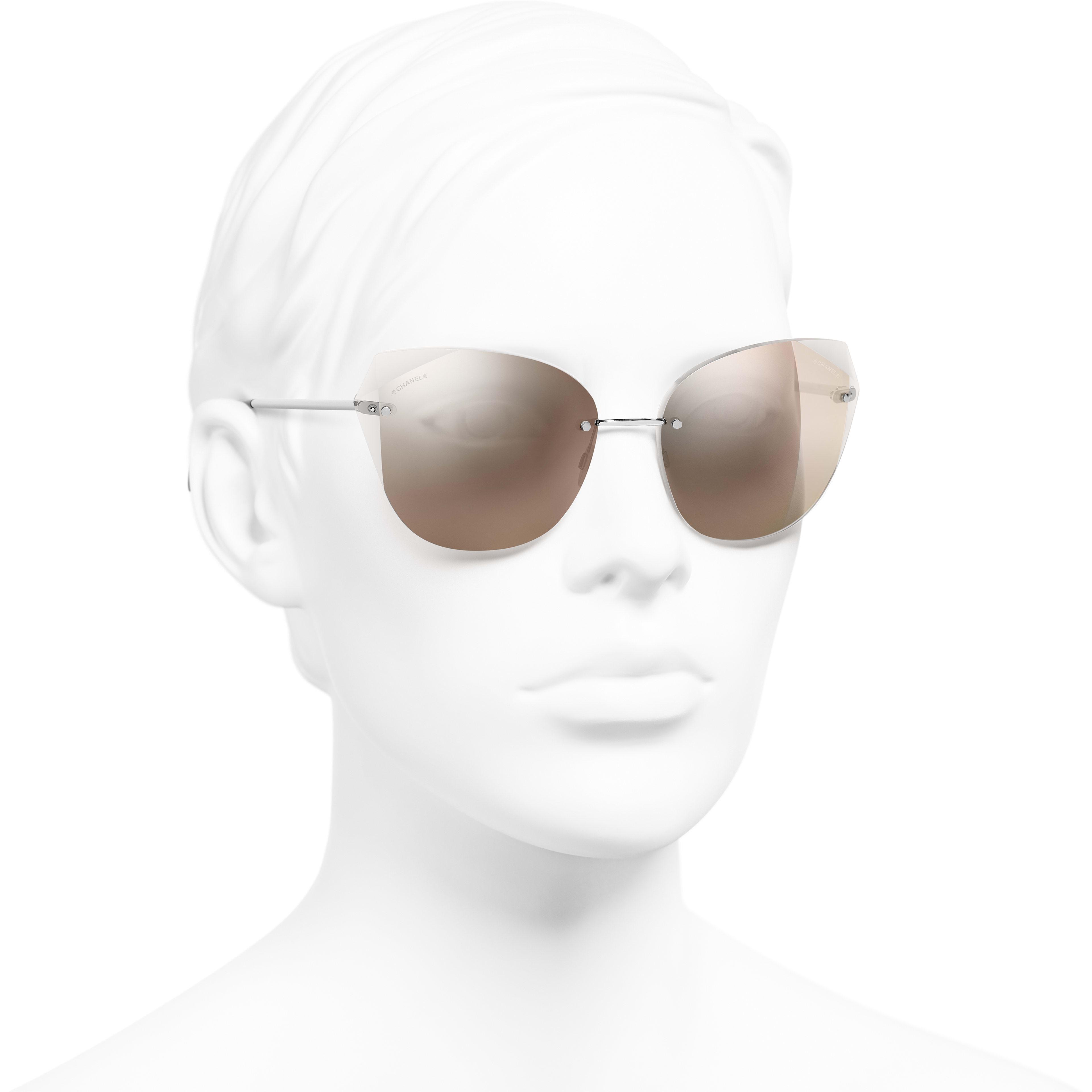 แว่นตากันแดดทรงแคทอายส์ - สีเงิน - โลหะ - มุมมองการสวมใส่ 3/4 - ดูเวอร์ชันขนาดมาตรฐาน