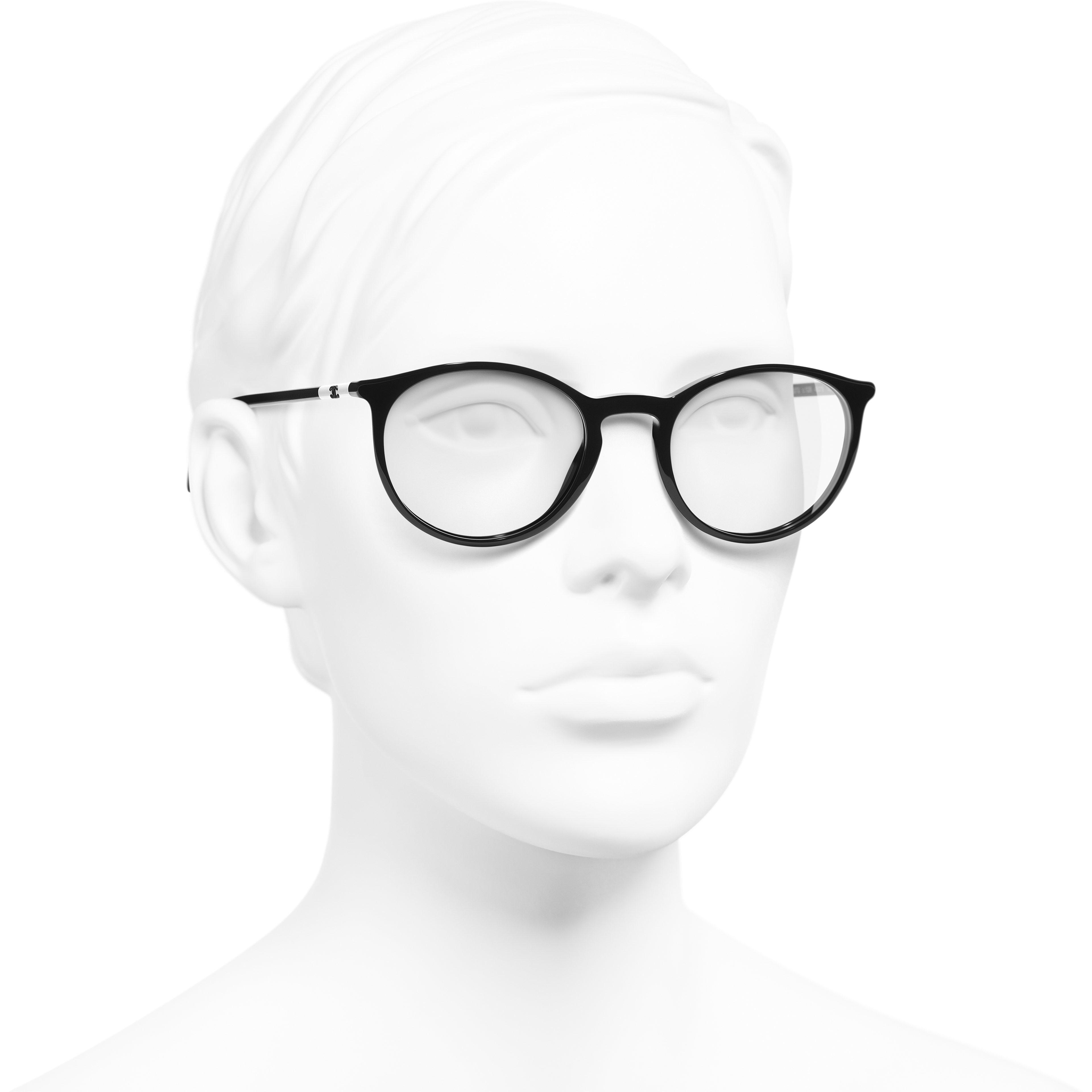 Lunettes pantos - Noir & blanc - Acétate - CHANEL - Vue de 3/4 portée - voir la version taille standard