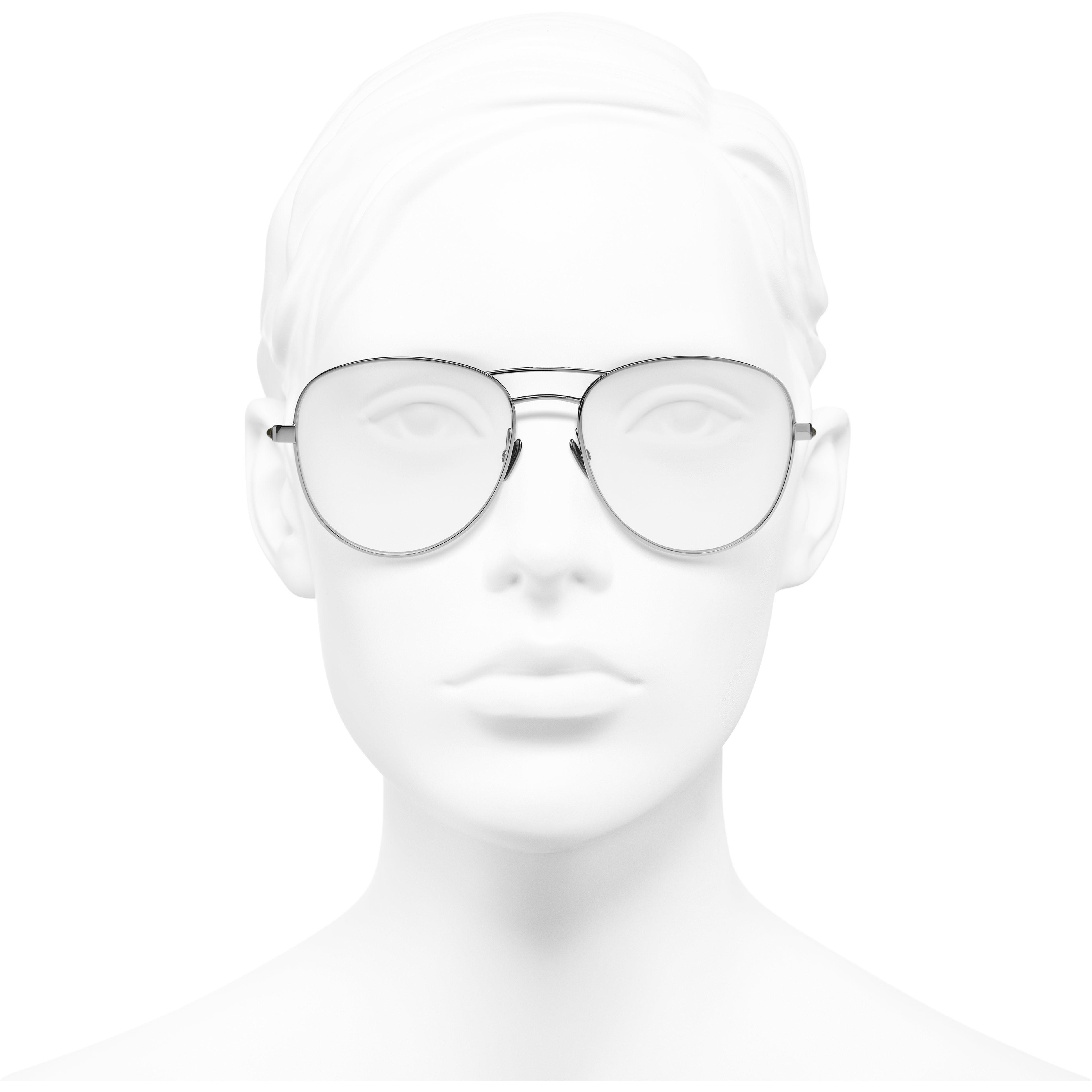 Gafas estilo piloto - Plateado oscuro y caqui - Acetato y piel de ternera - CHANEL - Vista delantera del producto puesto - ver la versión tamaño estándar