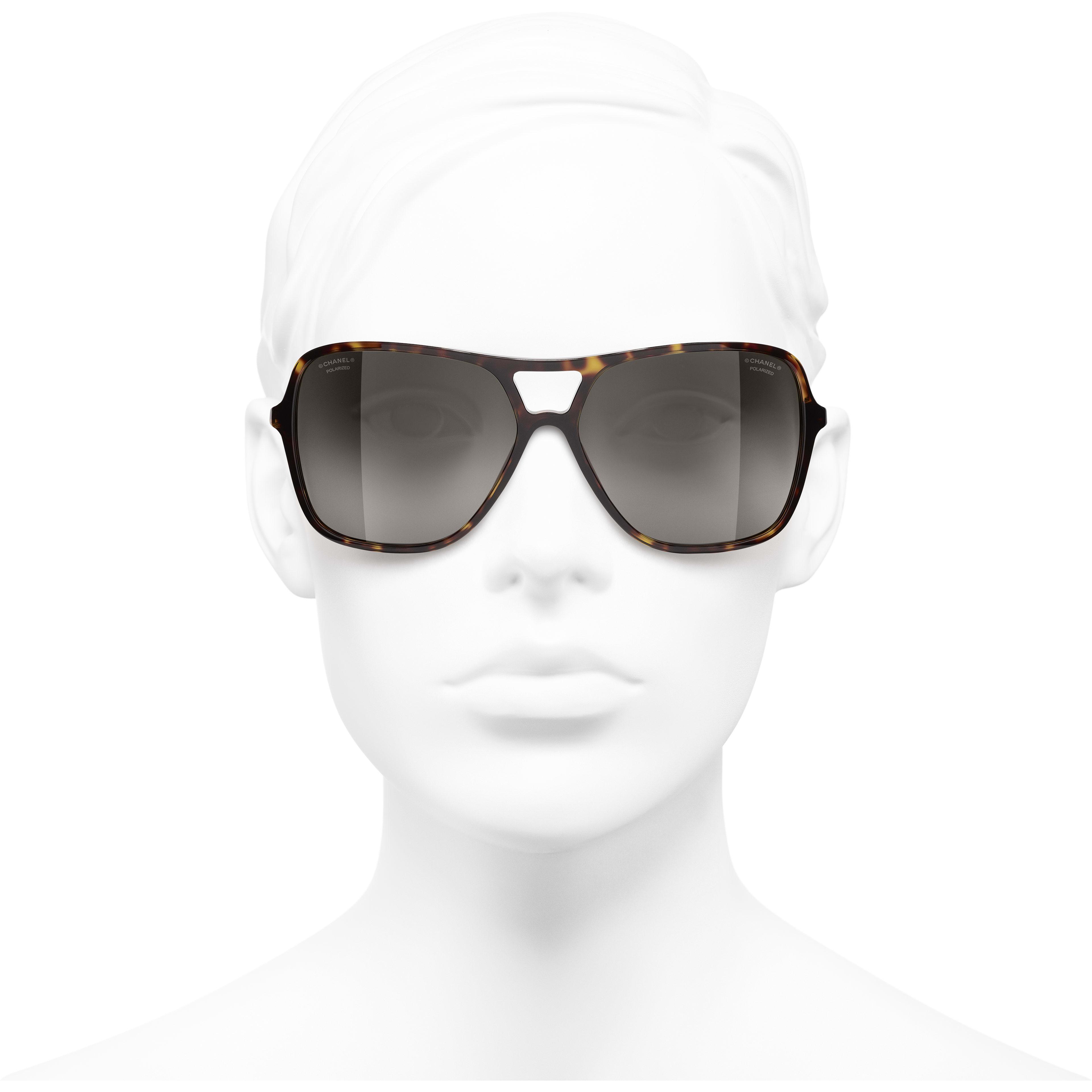 Occhiali  modello pilota da sole - Tartaruga scuro - Metallo & pelle - CHANEL - Immagine frontale articolo indossato - vedere versione standard