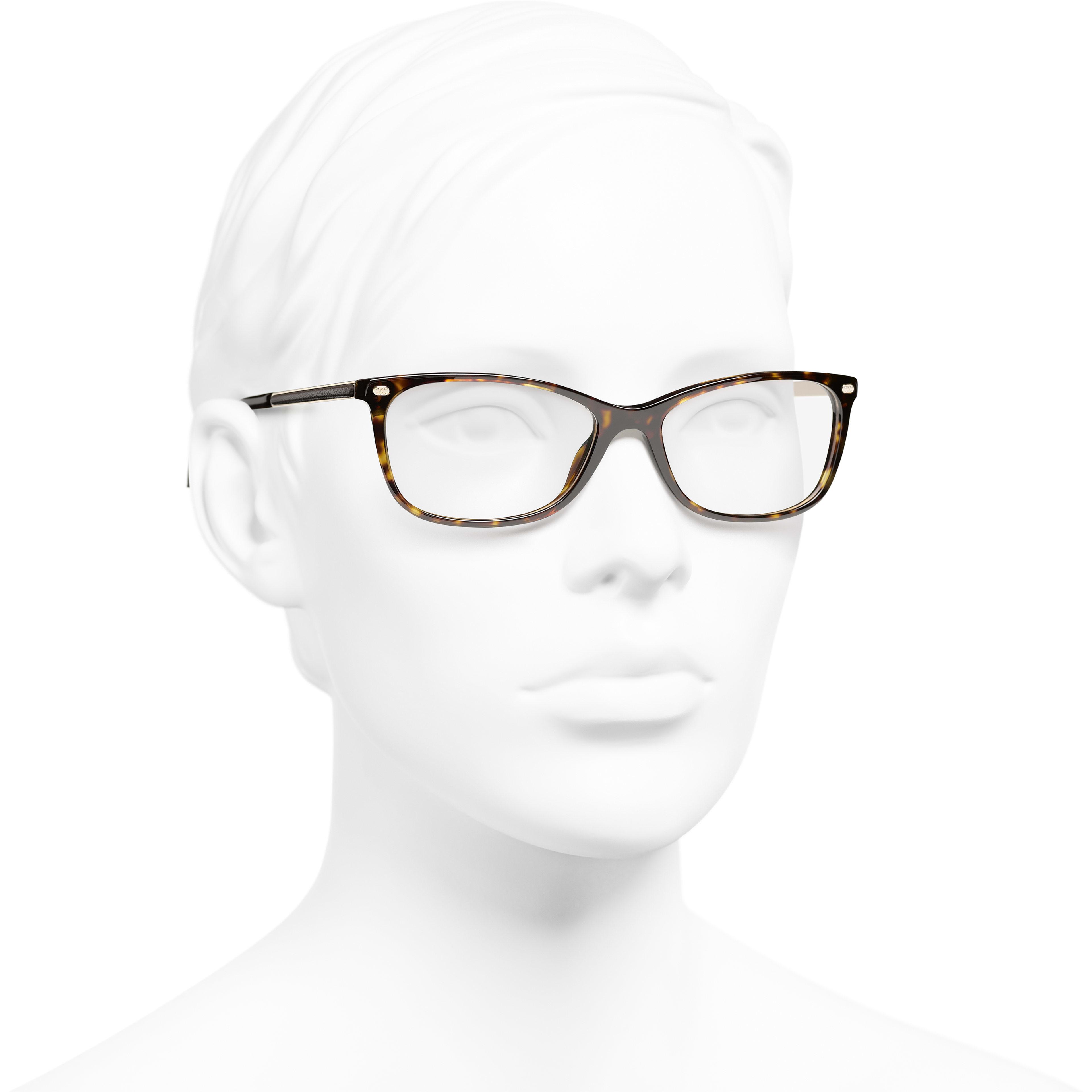 方型眼鏡 - 深玳瑁 - 高級樹脂與小牛皮 - CHANEL - 配戴時的3/4側面視圖 - 查看標準尺寸版本