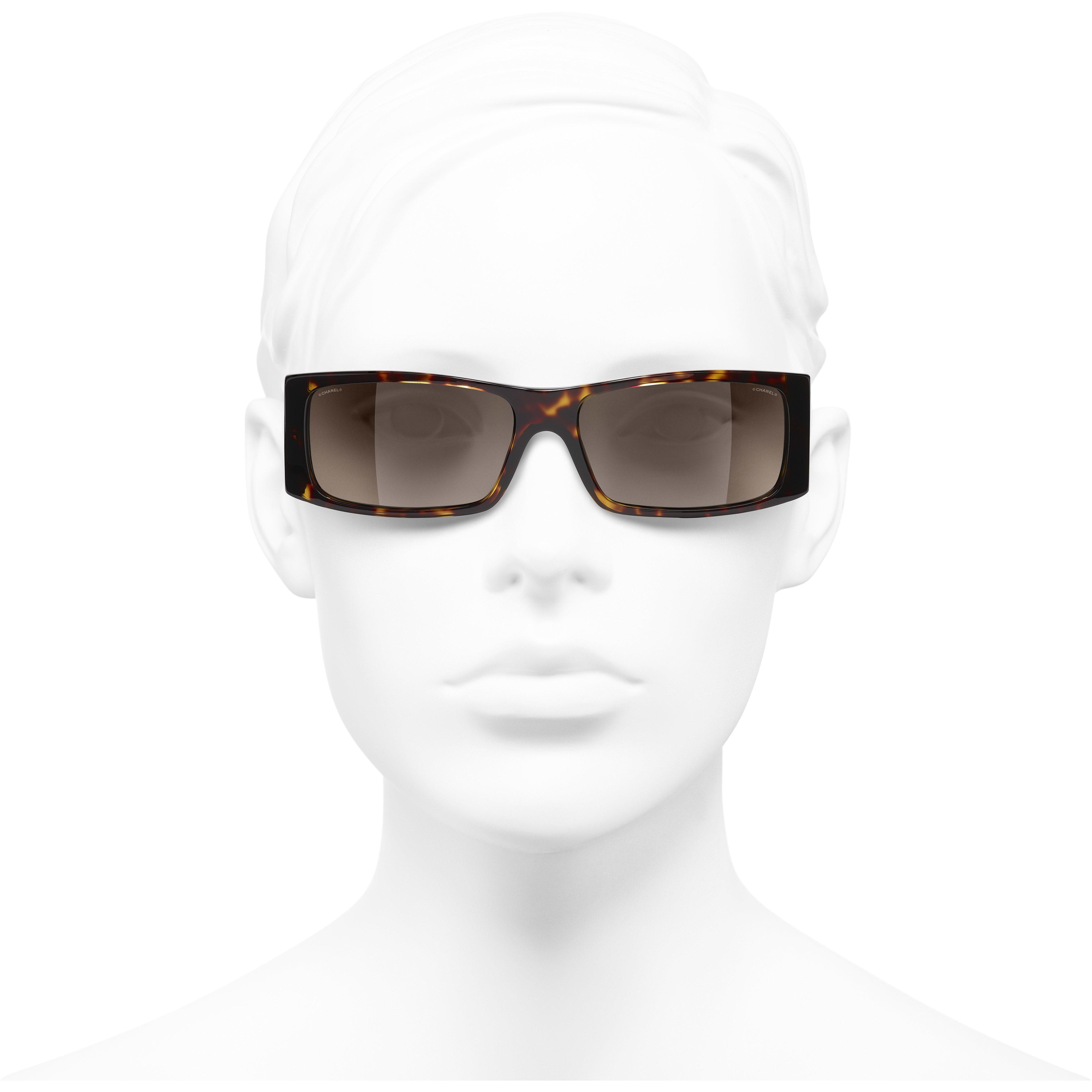 Occhiali rettangolari da sole - Tartaruga scuro - Acetato - CHANEL - Immagine frontale articolo indossato - vedere versione standard