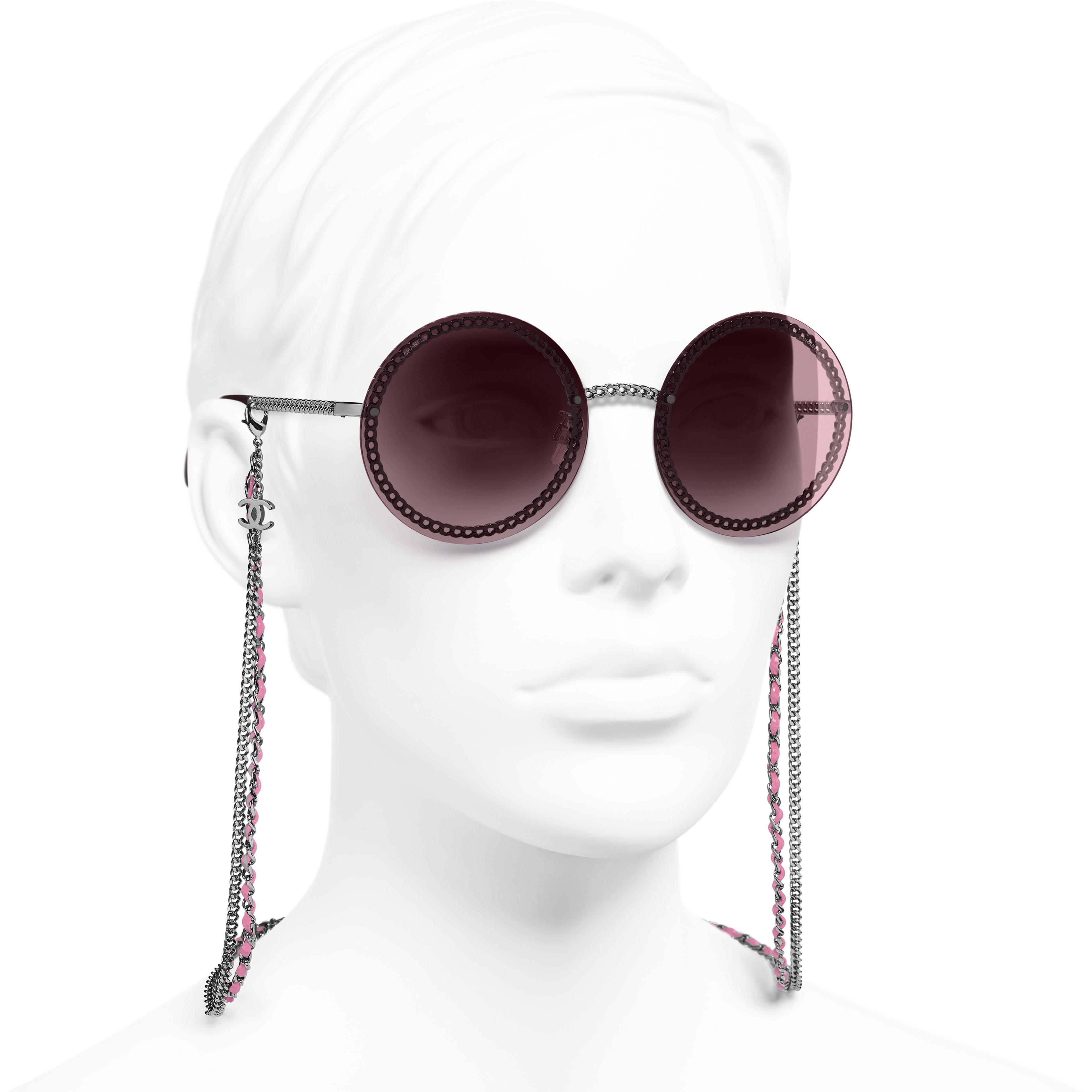 圓形太陽眼鏡 - 深銀 - 金屬與小牛皮 - 配戴時的3/4側面視圖 - 查看標準尺寸版本