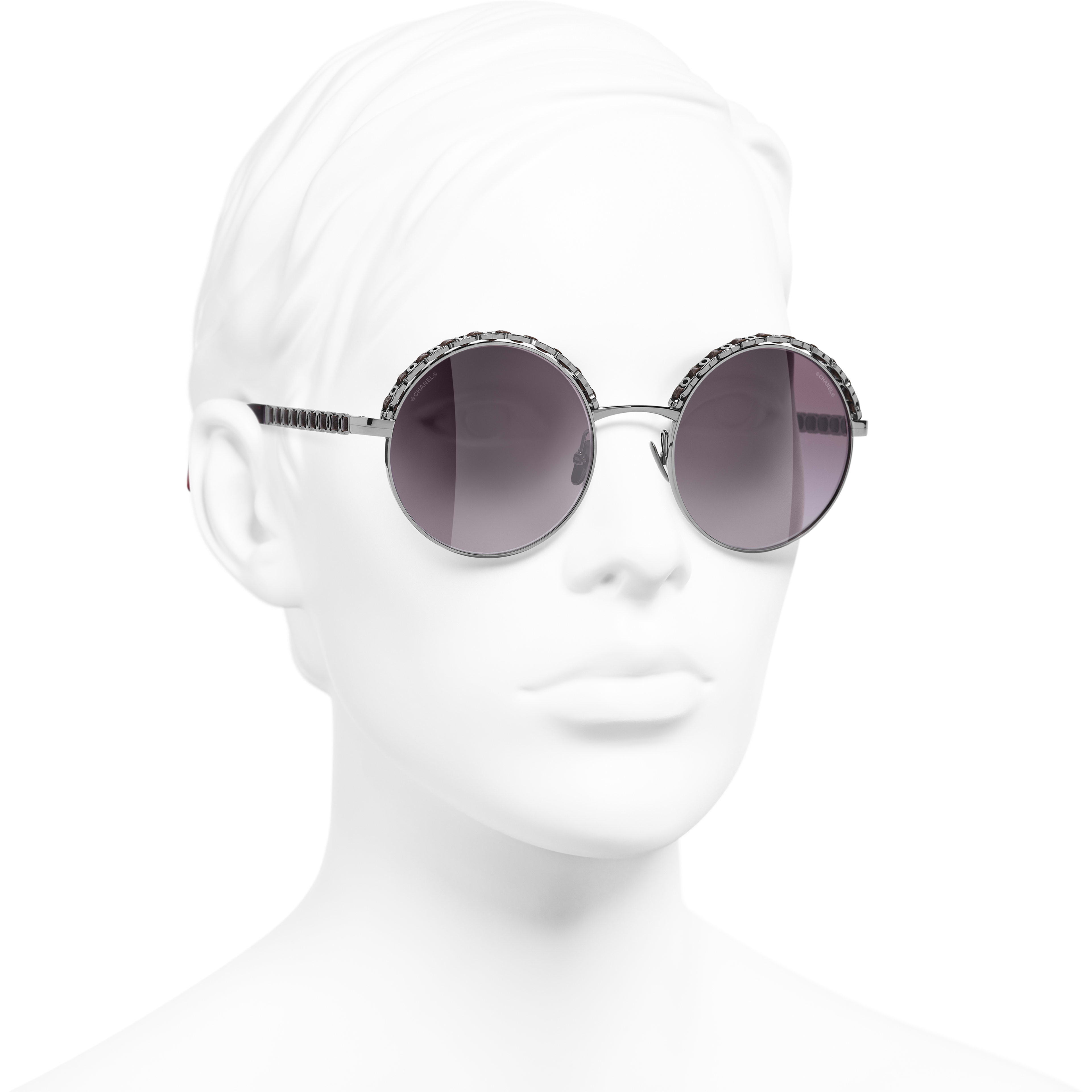 แว่นตากันแดดทรงกลม - สีเงินเข้มและสีแดง - โลหะและหนังลูกวัว - CHANEL - มุมมองการสวมใส่ 3/4 - ดูเวอร์ชันขนาดมาตรฐาน