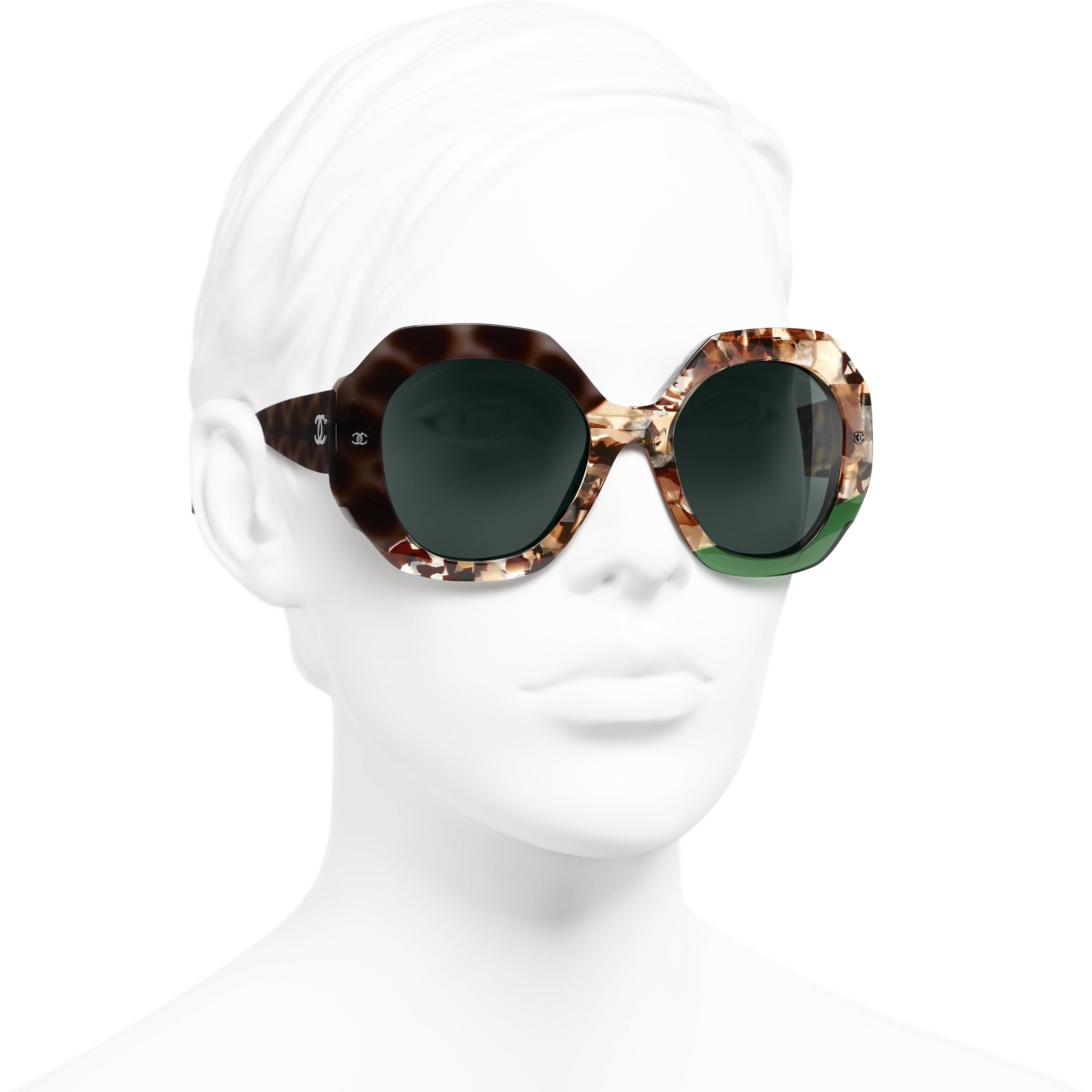 Gafas de sol redondas - Carey oscuro y verde - Acetato - CHANEL - Vista 3/4 puesto - ver la versión tamaño estándar