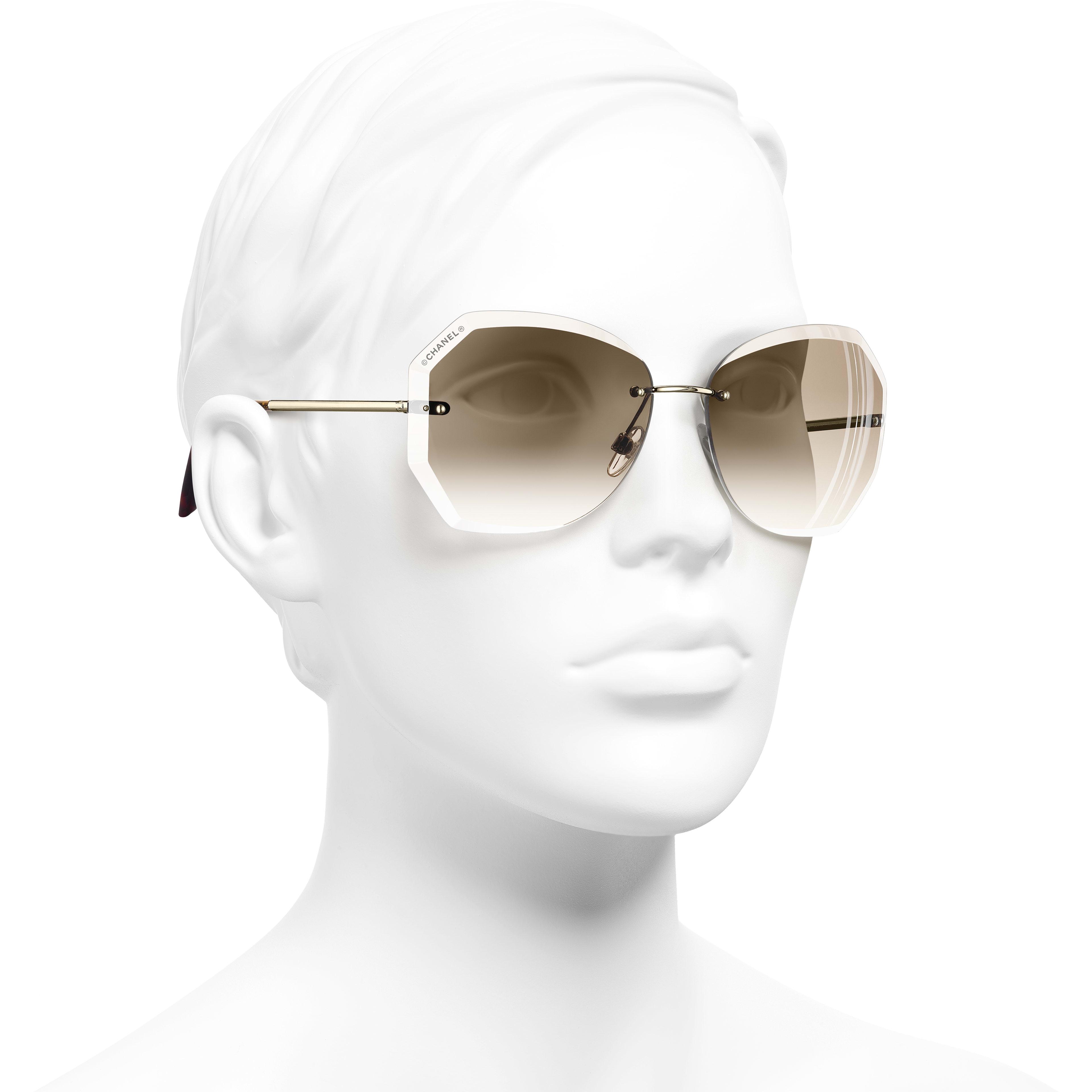 Gafas de sol redondas - Dorado y beige - Metal - CHANEL - Vista 3/4 puesto - ver la versión tamaño estándar