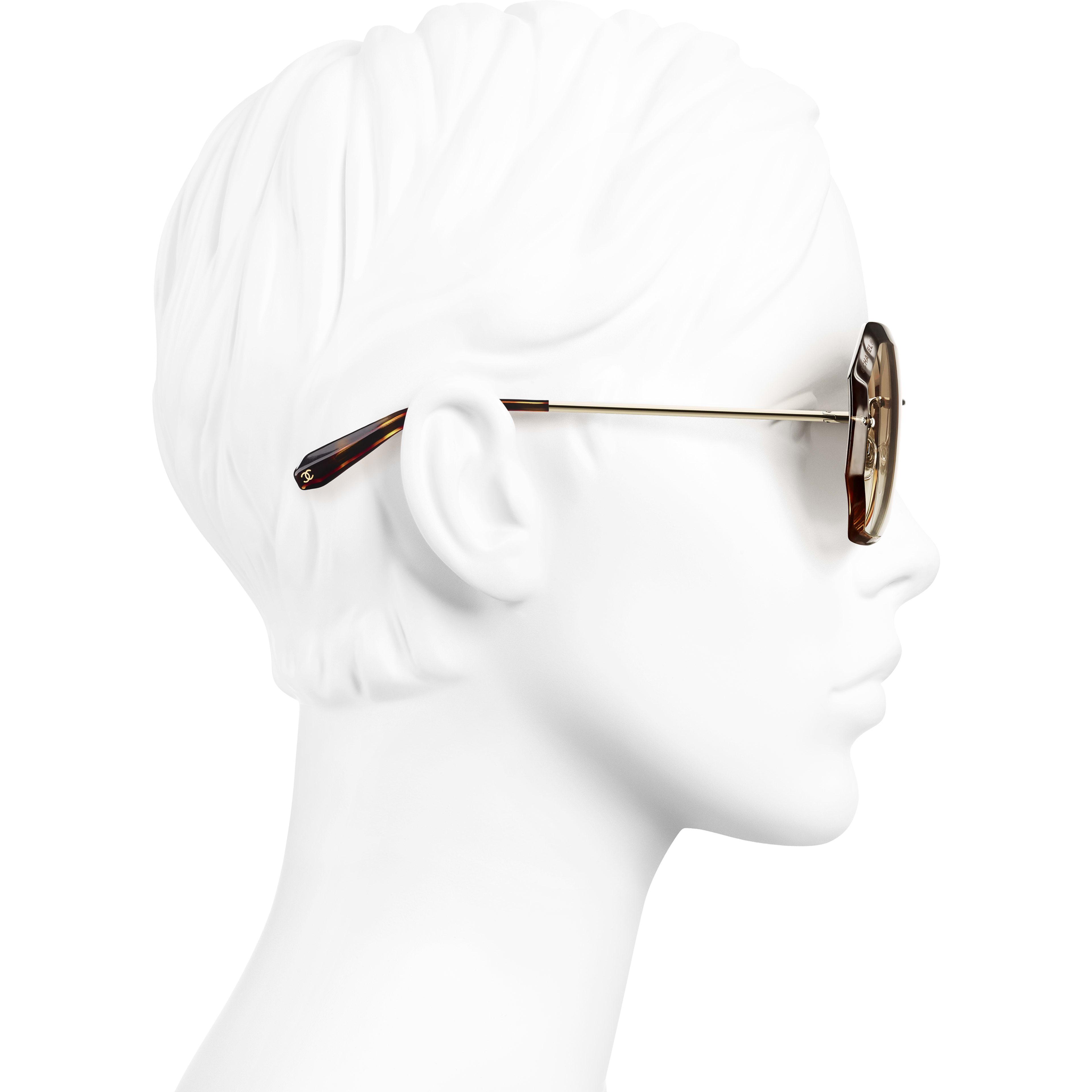 圓形太陽眼鏡 - 金與米 - 金屬 - CHANEL - 配戴時的側面視圖 - 查看標準尺寸版本