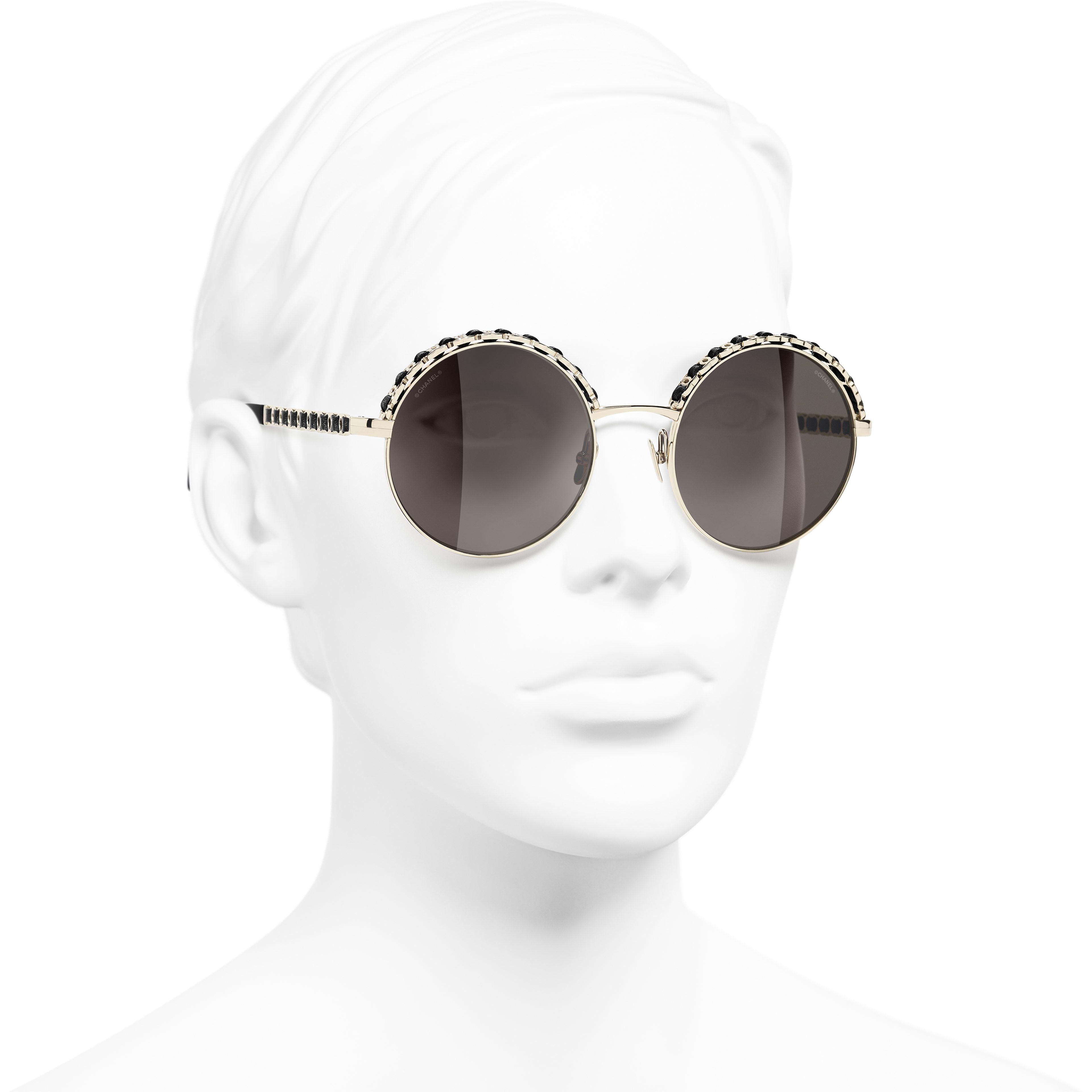 Óculos De Sol Redondos - Dourado & Preto - Metal & Calfskin - CHANEL - Vista 3/4 - ver a versão em tamanho standard