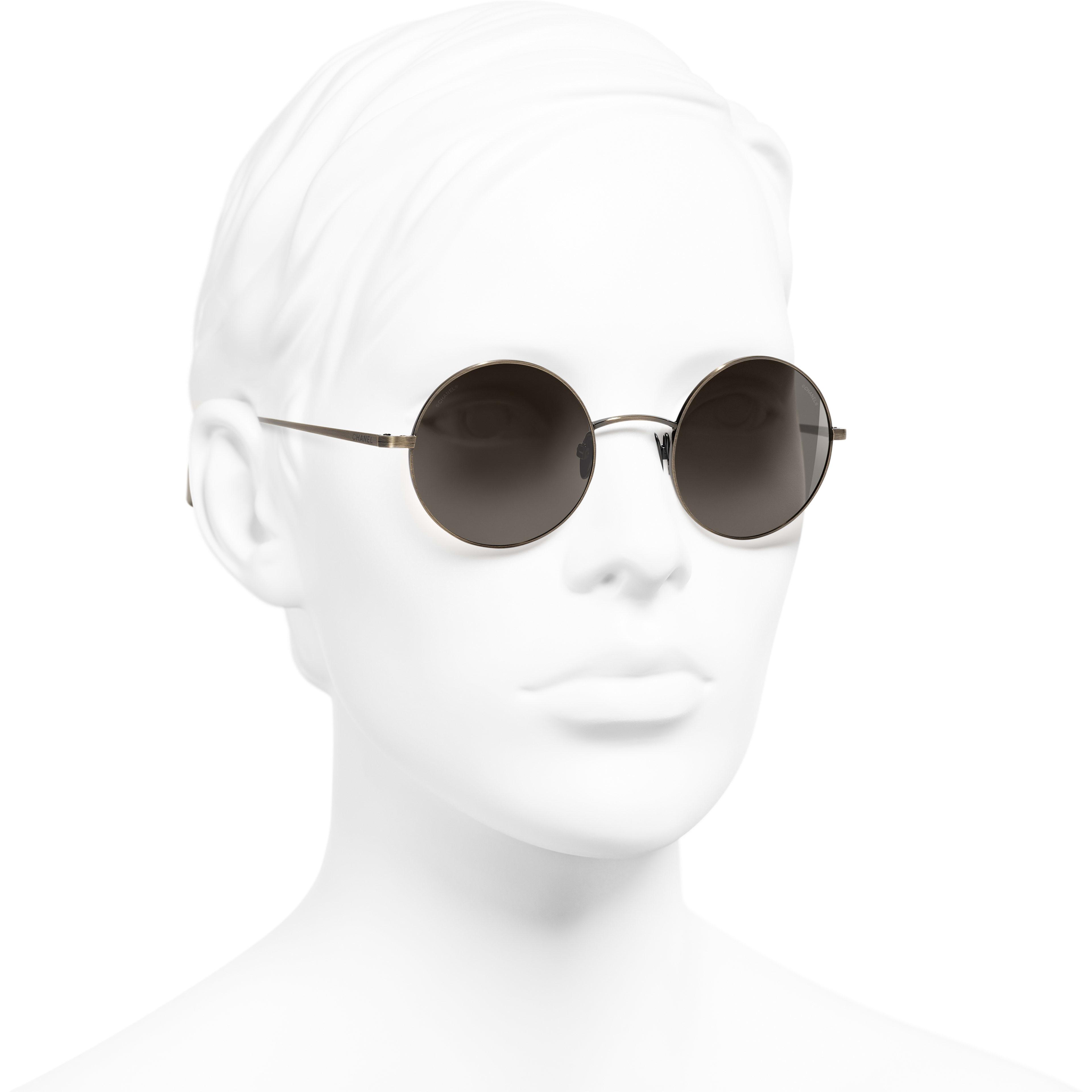 แว่นตากันแดดทรงกลม - สีทอง - ไทเทเนียม - CHANEL - มุมมองการสวมใส่ 3/4 - ดูเวอร์ชันขนาดมาตรฐาน