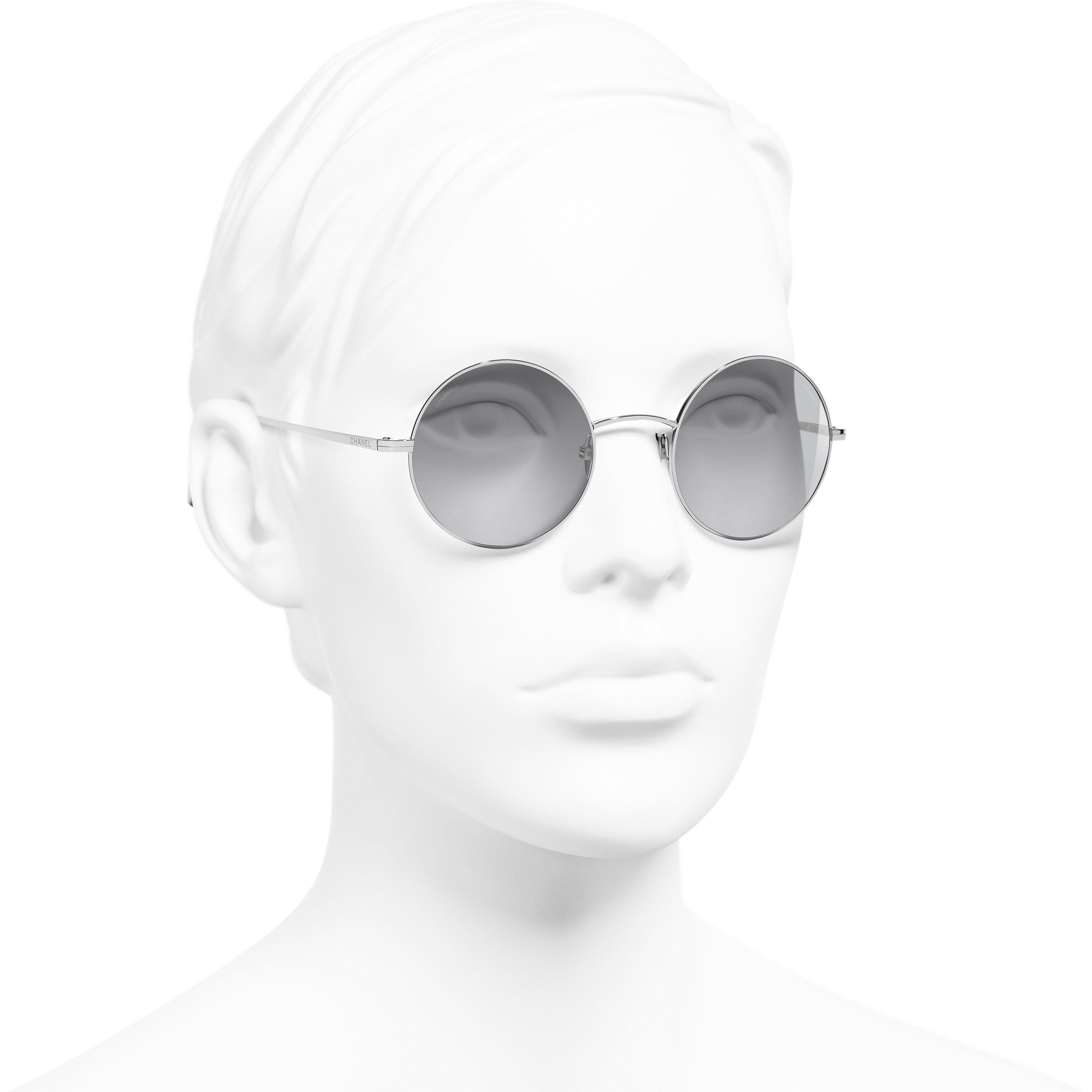 圓形太陽眼鏡 - 銀 - 鈦合金 - CHANEL - 配戴時的3/4側面視圖 - 查看標準尺寸版本