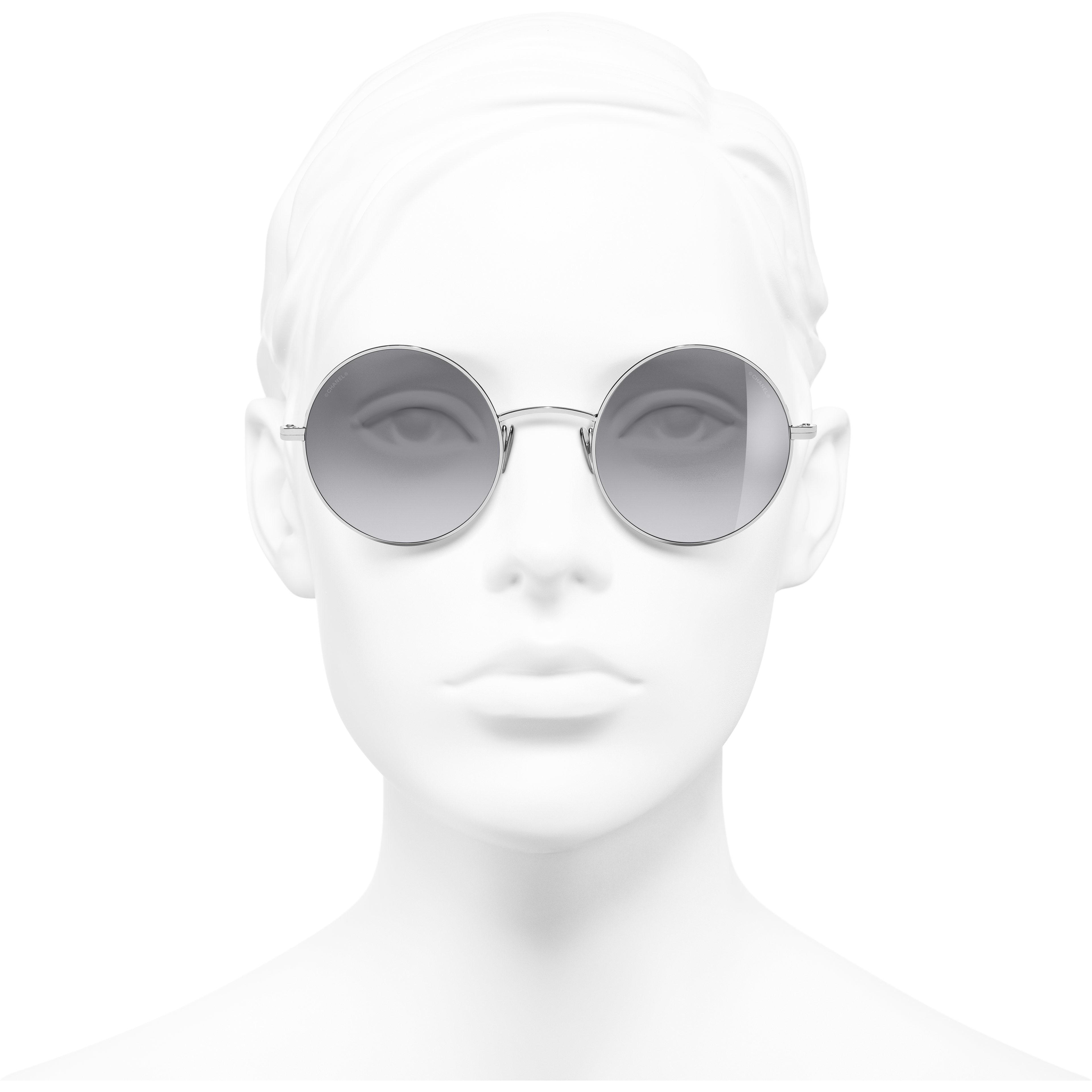 Okulary przeciwsłoneczne okrągłe - Kolor srebrny - Tytan - CHANEL - Widok od przodu – zobacz w standardowym rozmiarze