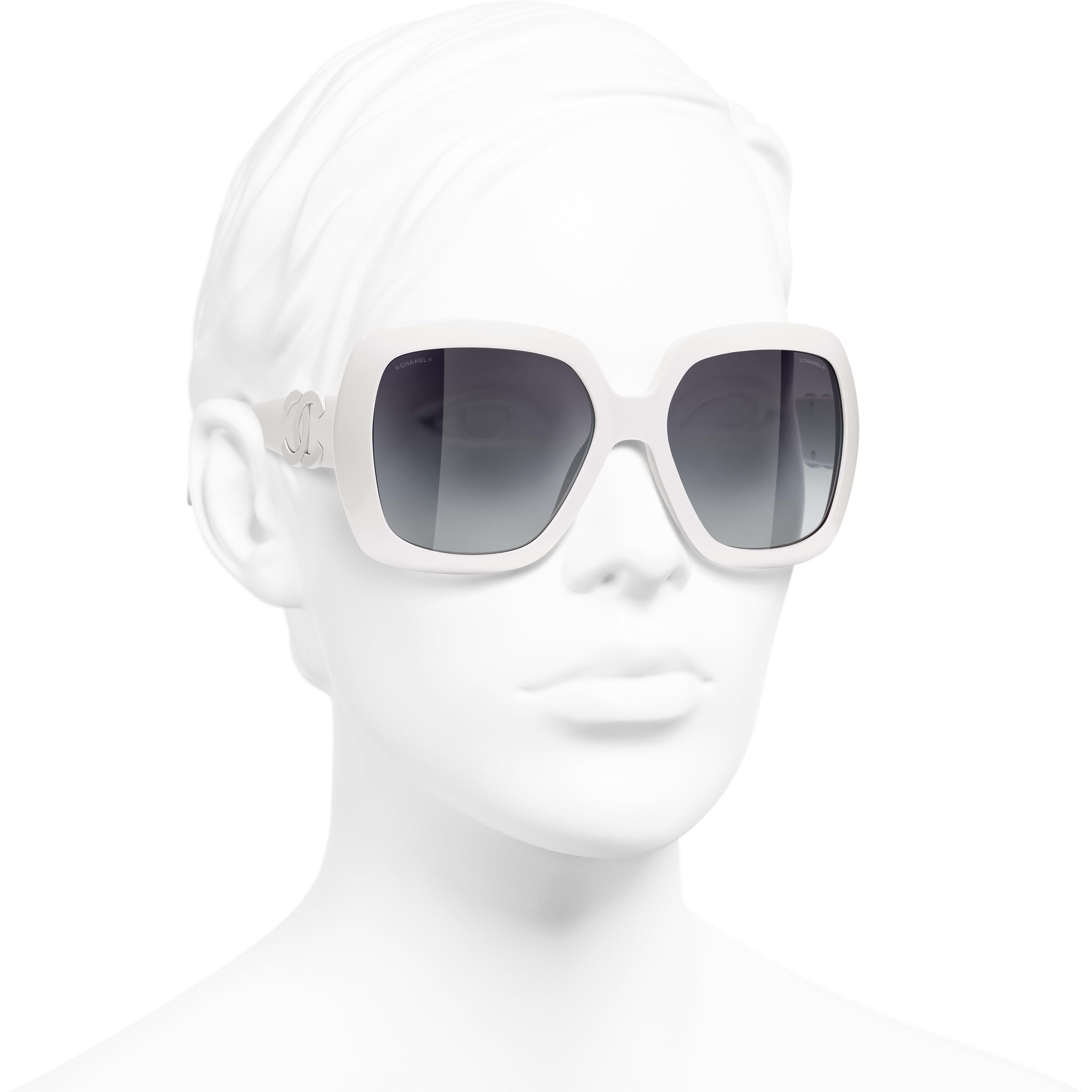 แว่นตากันแดดทรงเหลี่ยม - สีขาว - อะซิเตท - CHANEL - มุมมองการสวมใส่ 3/4 - ดูเวอร์ชันขนาดมาตรฐาน