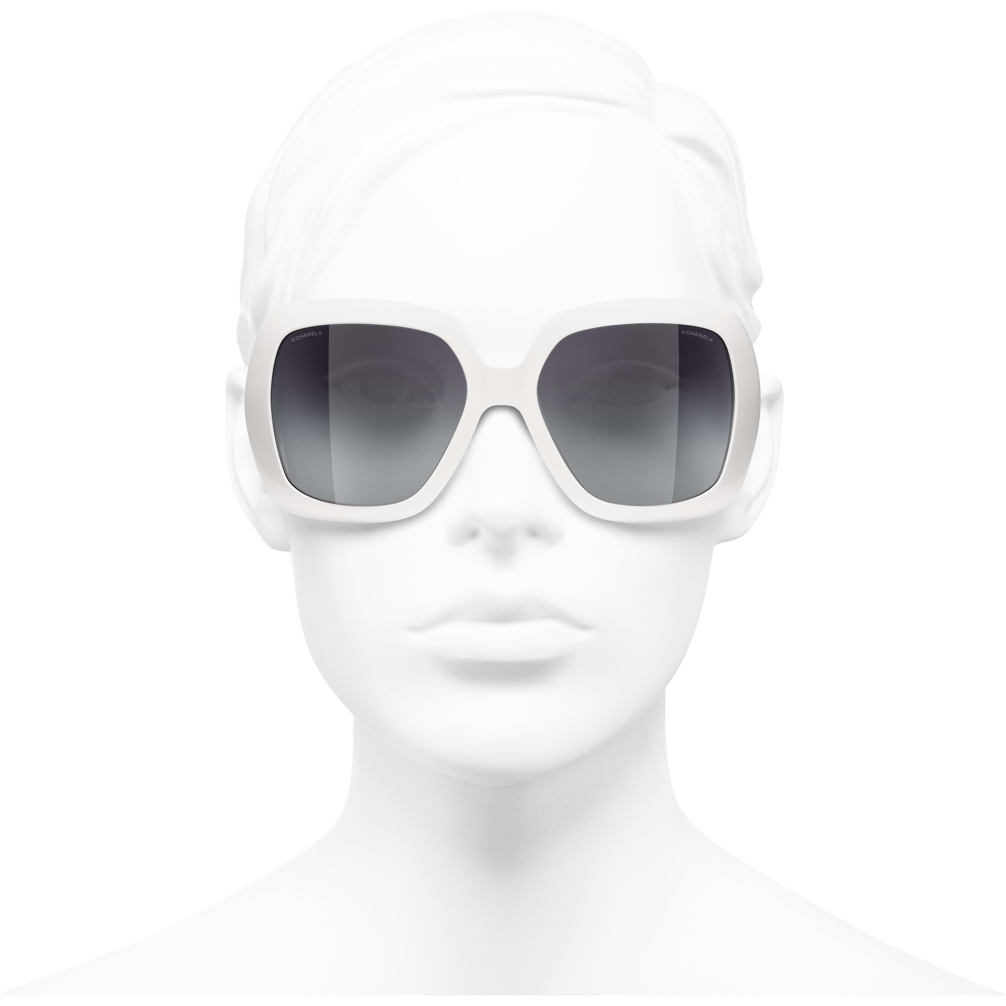แว่นตากันแดดทรงเหลี่ยม - สีขาว - อะซิเตท - CHANEL - มุมมองการสวมใส่ด้านหน้า - ดูเวอร์ชันขนาดมาตรฐาน