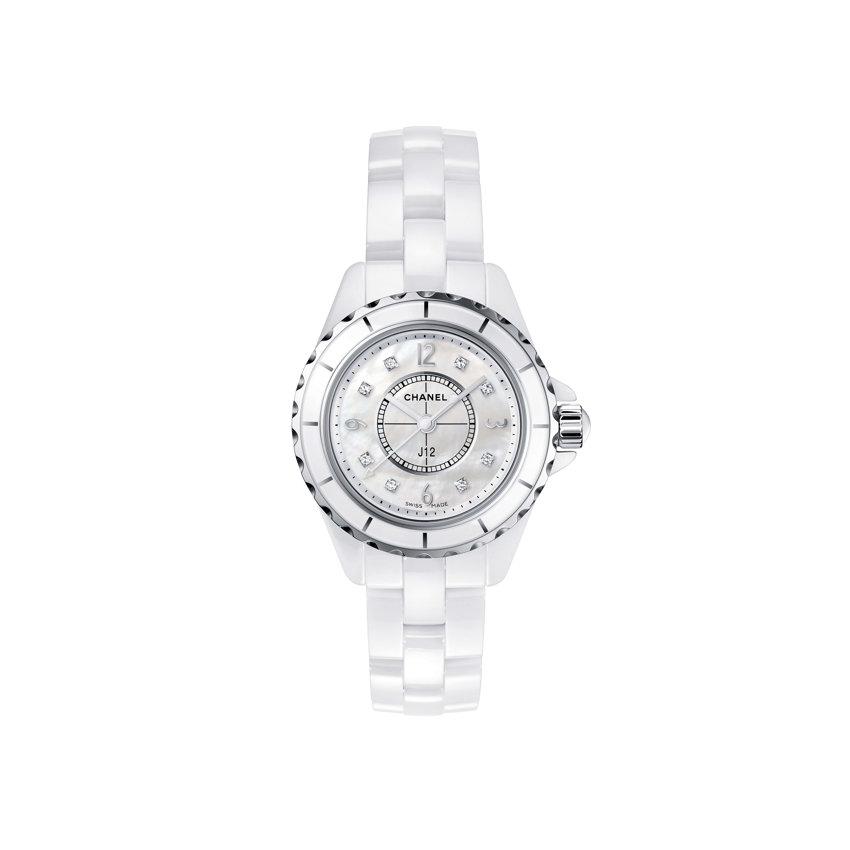 ساعة J12 - فولاذ وسيراميك شديد الصلابة باللون الأبيض مع مؤشرات من الماس وميناء من عرق اللؤلؤ باللون الأبيض - CHANEL - العرض الافتراضي - عرض نسخة الحجم الموحد