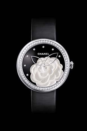 Reloj Mademoiselle Privé Camélia en marquetería en nácar, esfera en ónice, índices diamantes