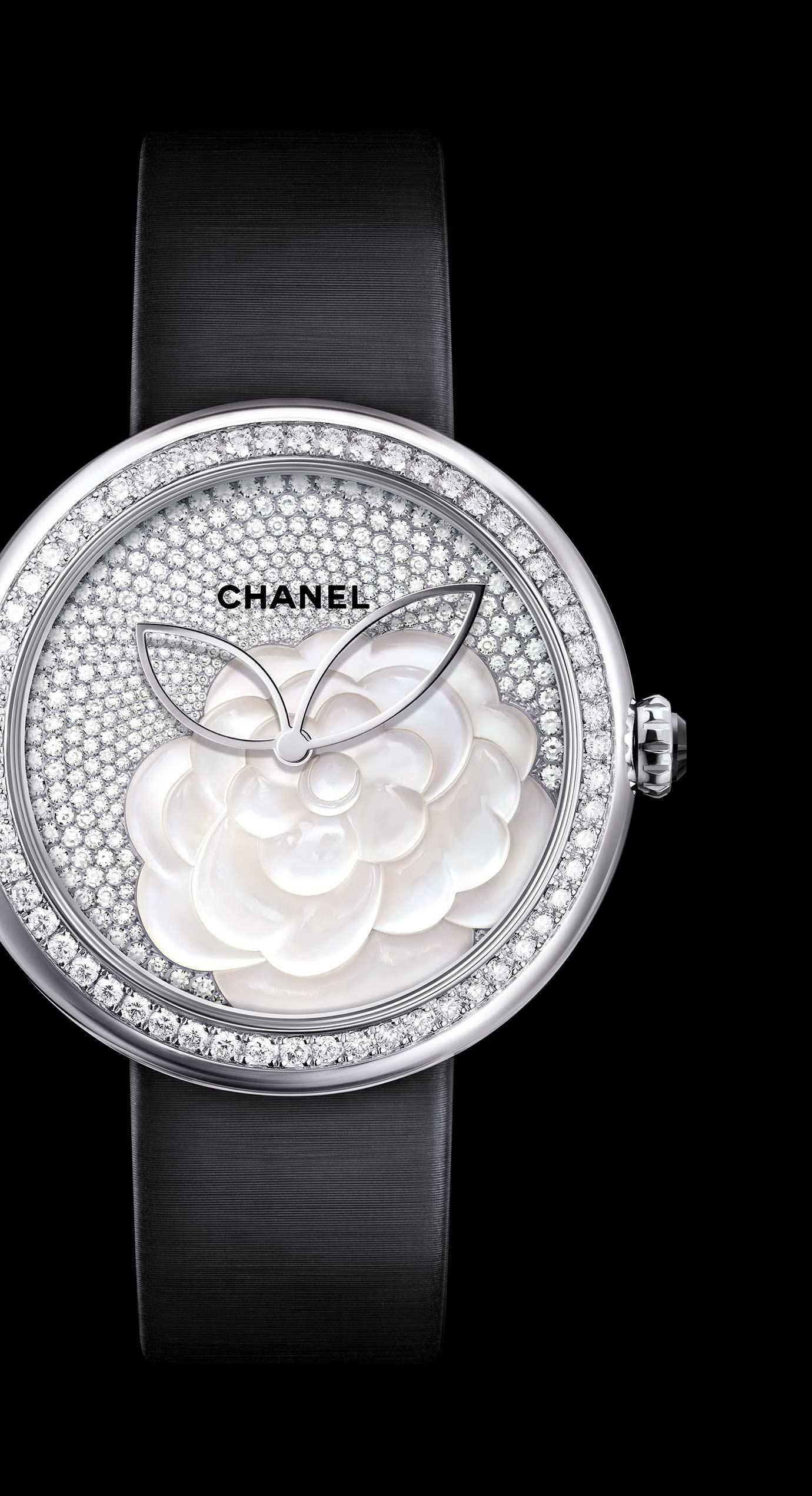 Reloj Mademoiselle Privé Camélia en marquetería en nácar, esfera engastada con diamantes - Vista ampliada
