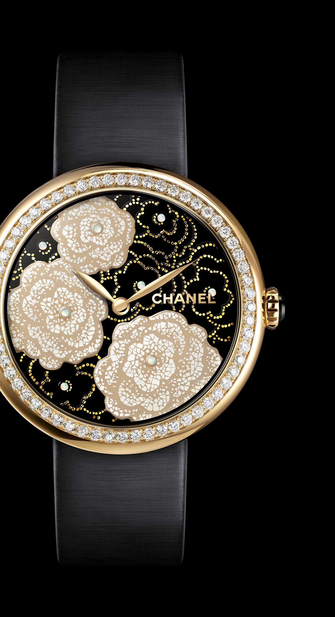Mademoiselle Privé Camélias watch in yellow gold and quail eggshell, black lacquer dial - Maki-e technique																																							    - Enlarged view