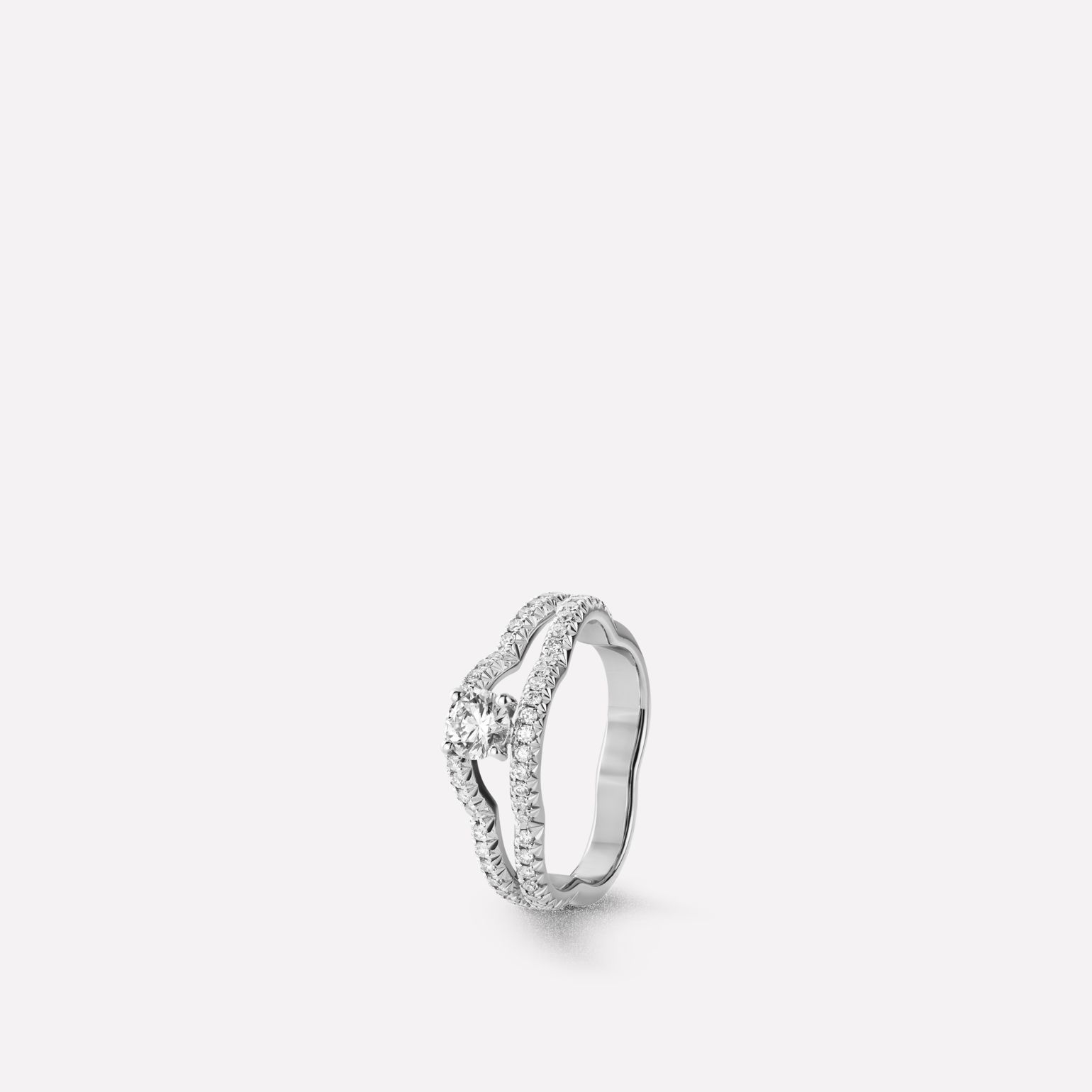 Camélia Ring Profil de Camélia ring in 18K white gold, diamonds and central diamond