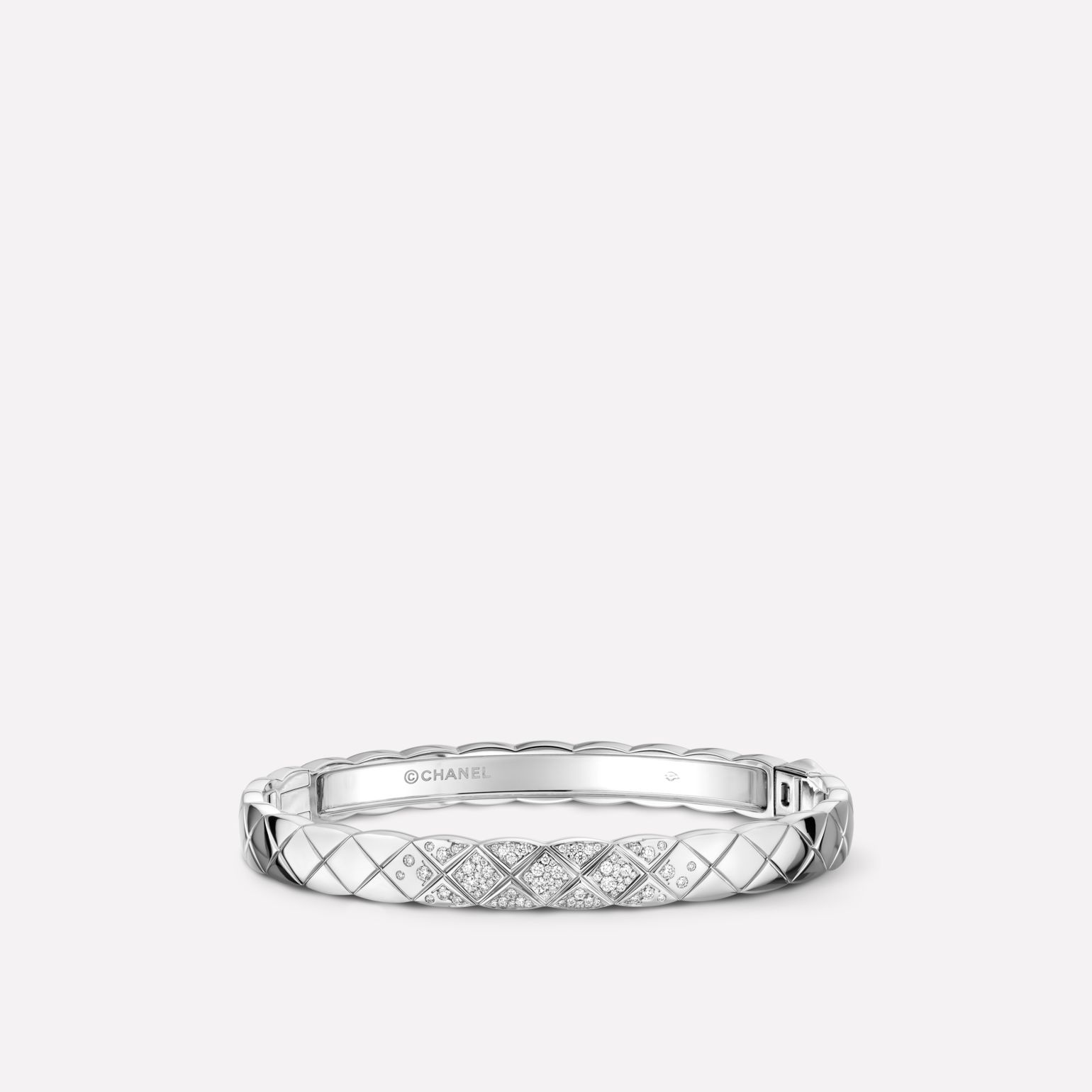Coco Crush Bracelet Quilted motif bangle in 18K white gold and diamonds