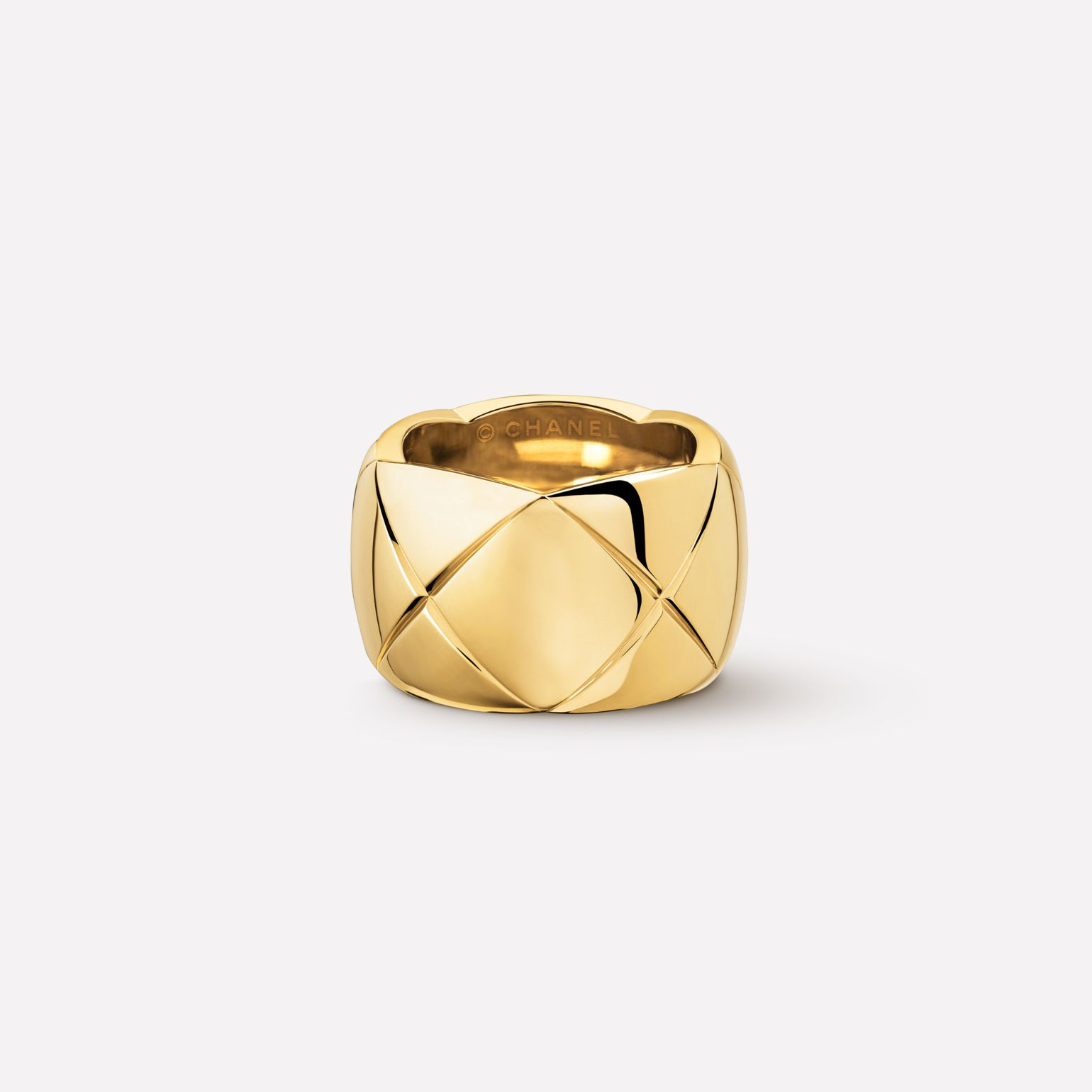 Coco Crush Ring Quilted motif ring in 18K yellow gold. Large version.