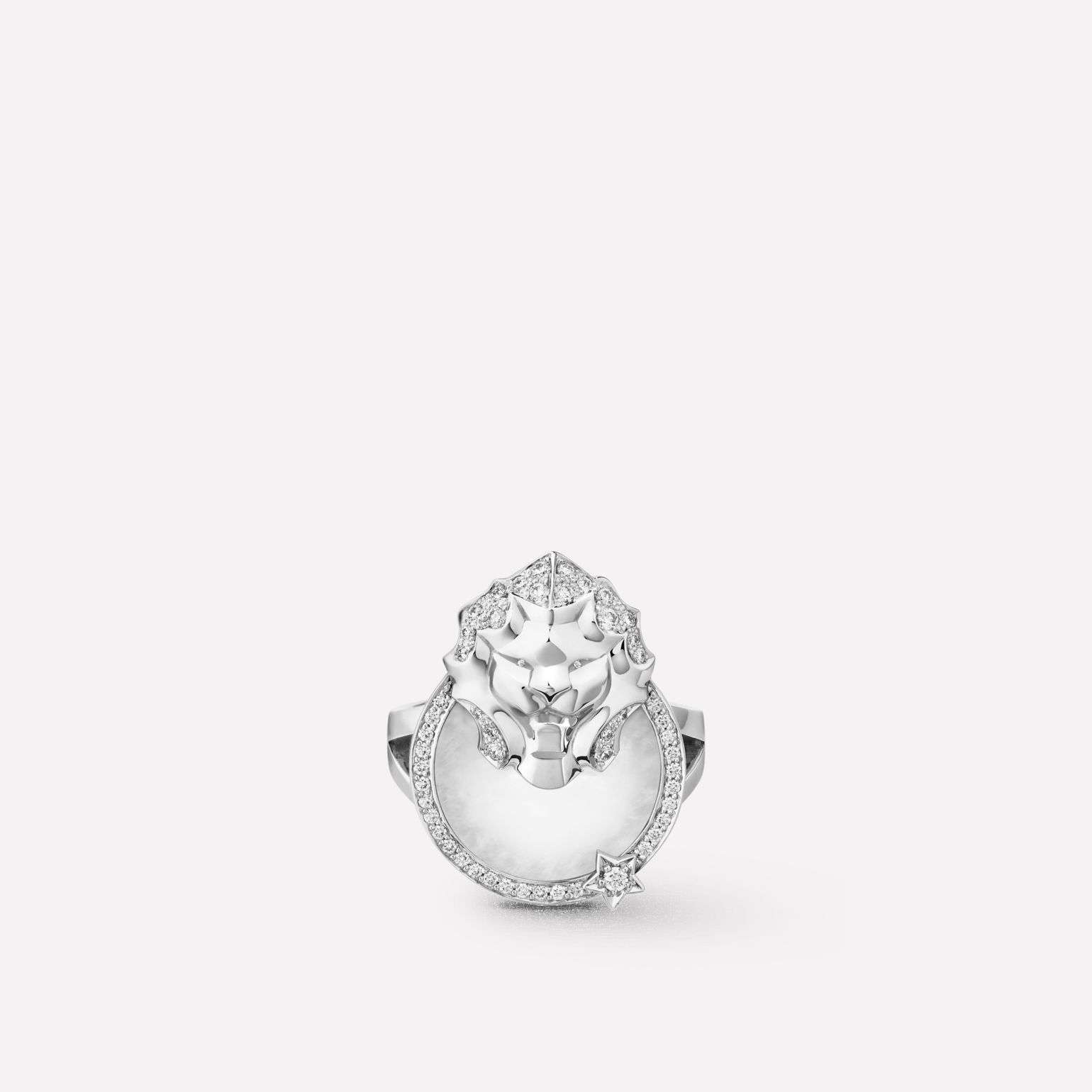 Sous le Signe du Lion ring Lion Médaille ring in 18K white gold, diamonds and quartz
